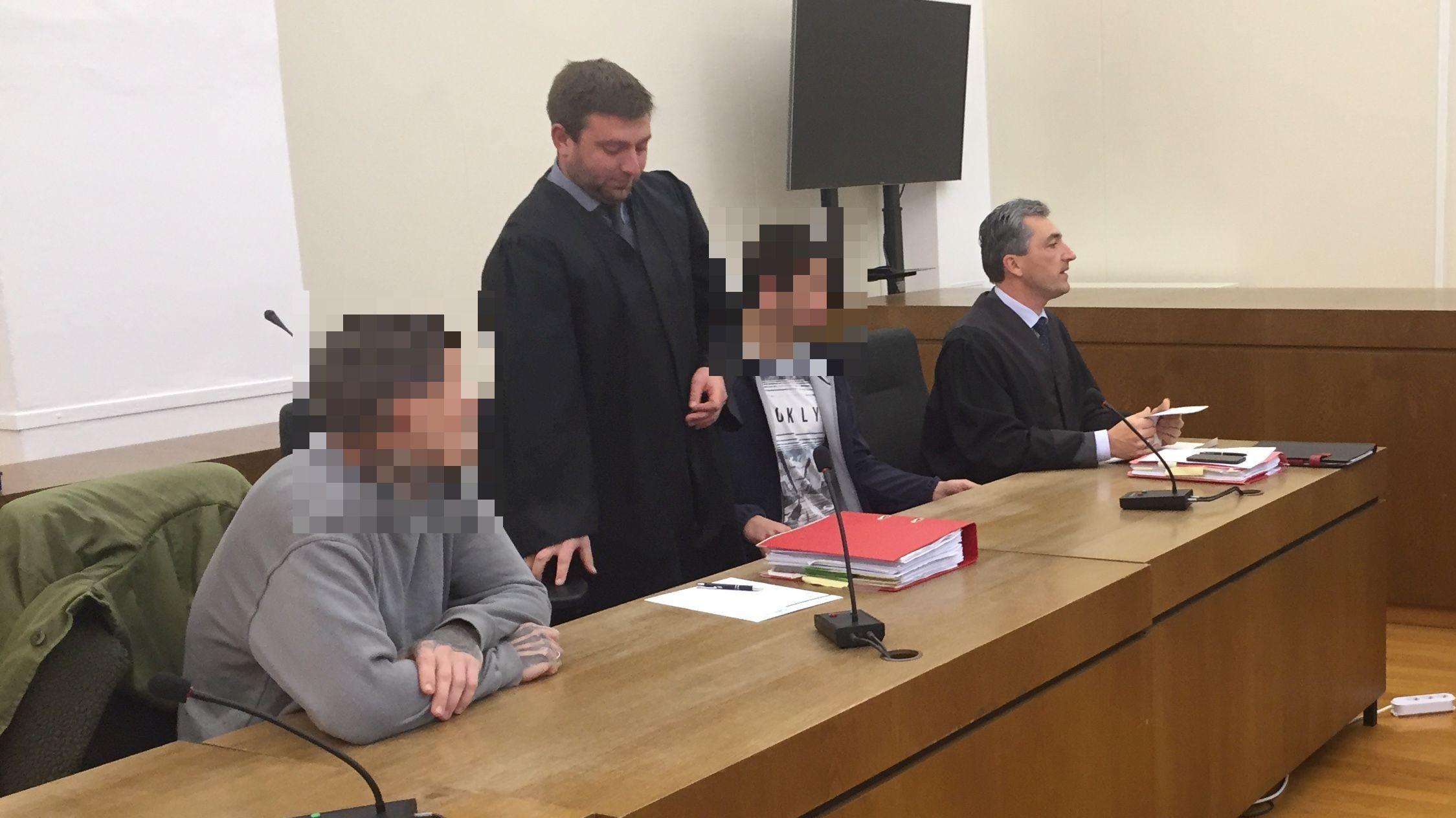 Die Angeklagten mit ihren Anwälten vor der Urteilsverkündung im Gerichtssaal in Passau