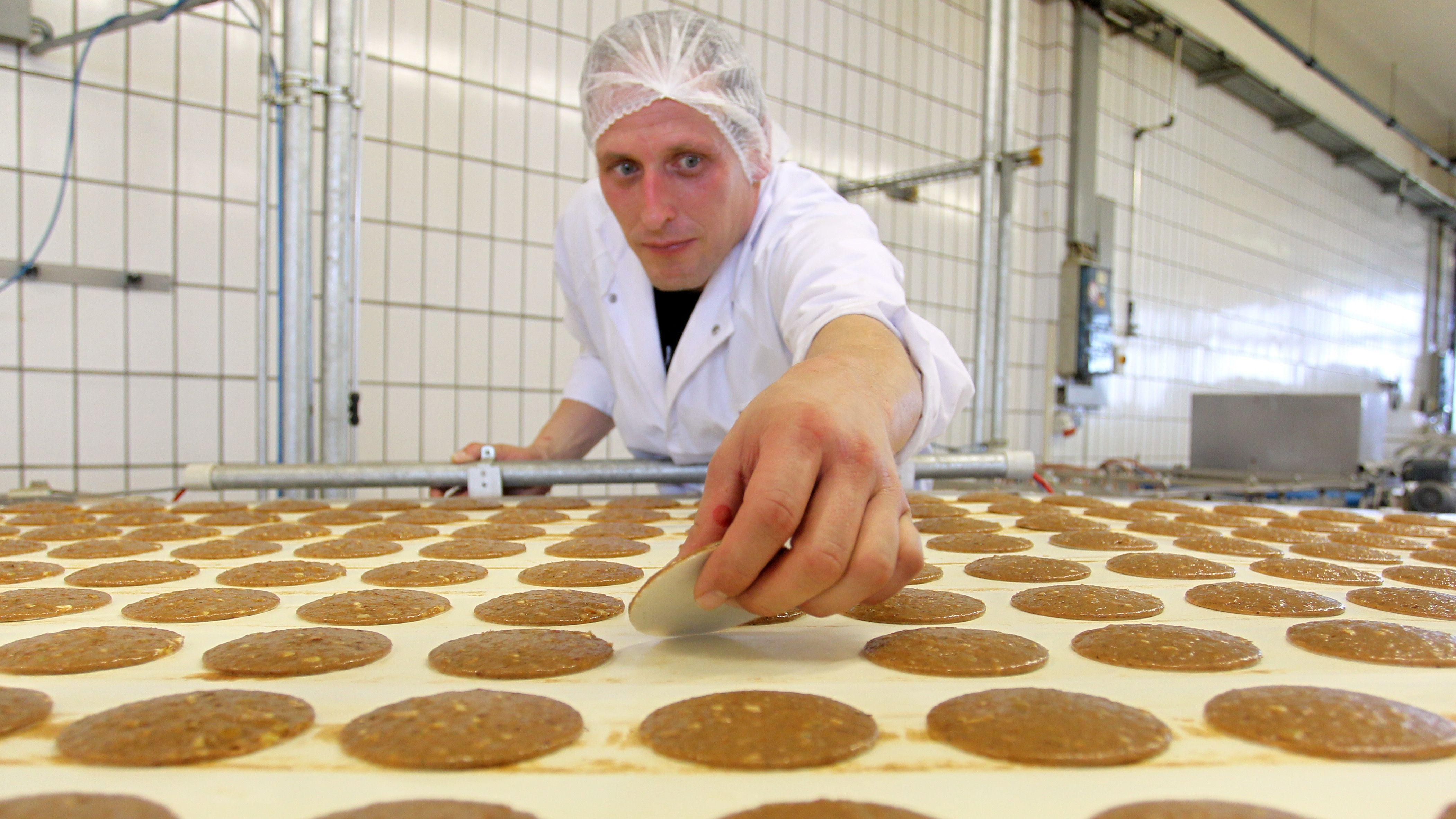 Ein Mitarbeiter der Lebkuchenfabrik Ferdinand Wolff in Nürnberg