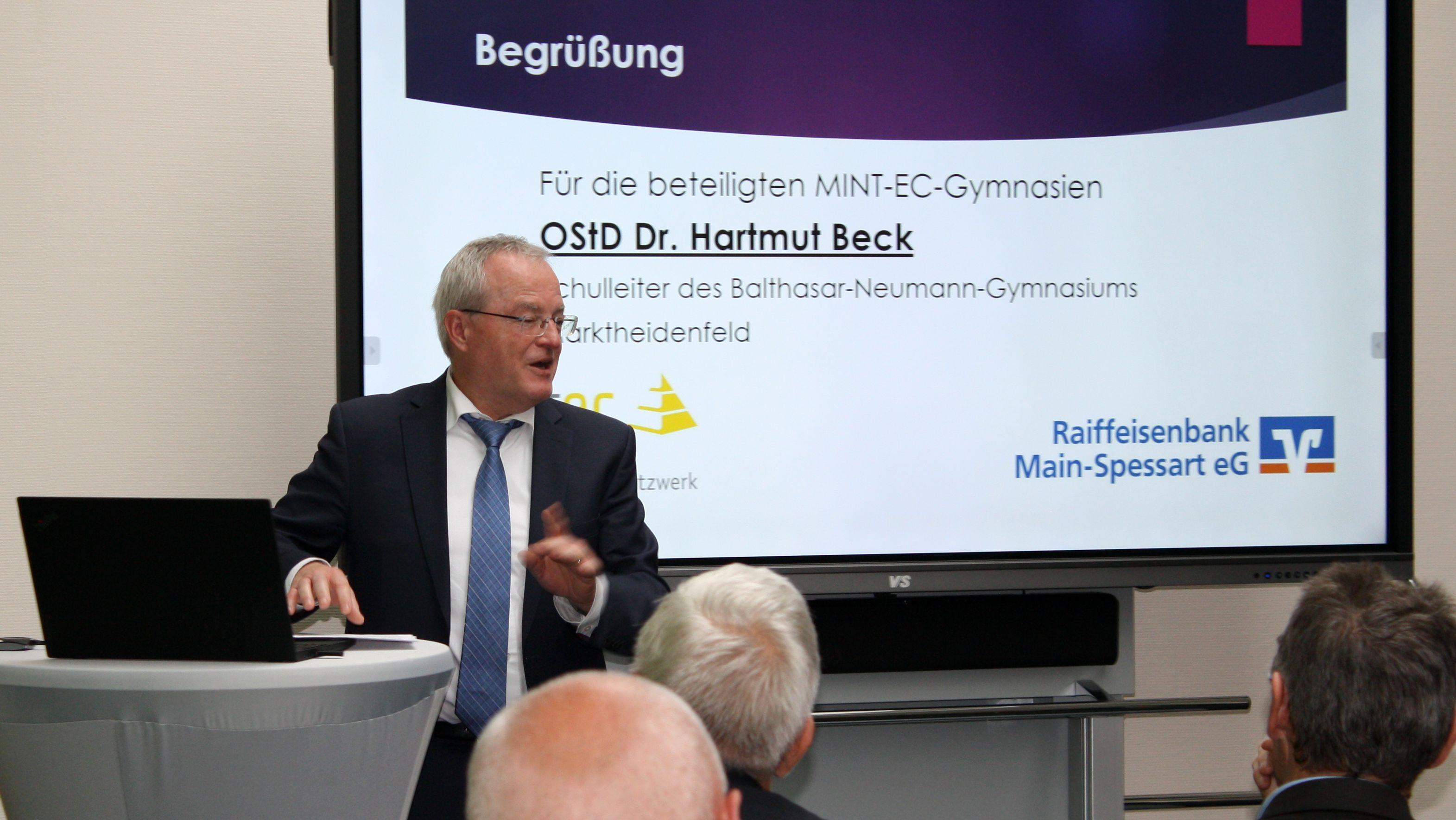 Hartmut Beck, Direktor des Balthasar-Neumann-Gymnasiums Marktheidenfeld, bei seiner Rede zur Eröffnung der M!NT-EC-Akademie Main-Spessart