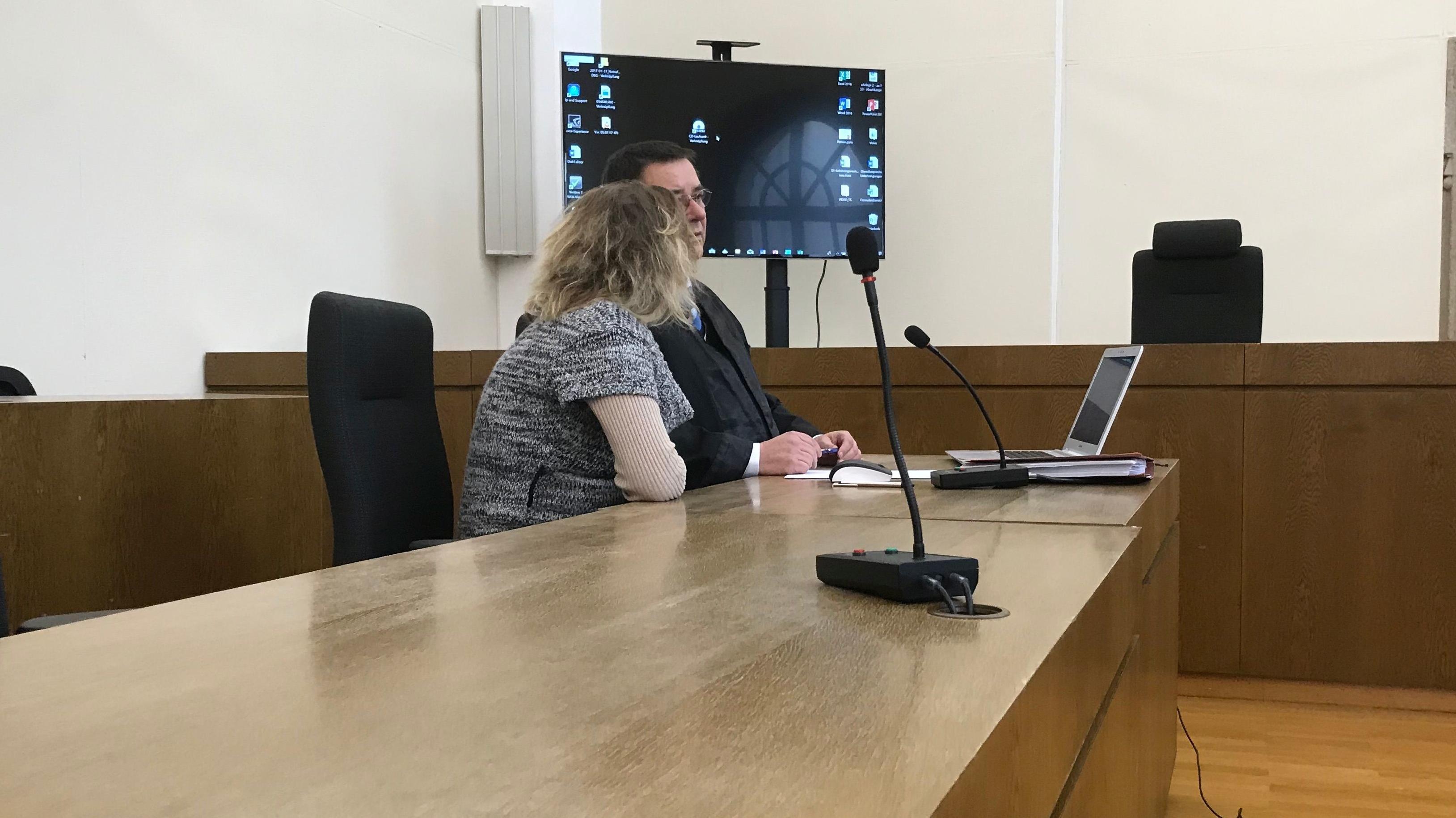 Die Angeklagte mit ihrem Anwalt im Passauer Gerichtssaal