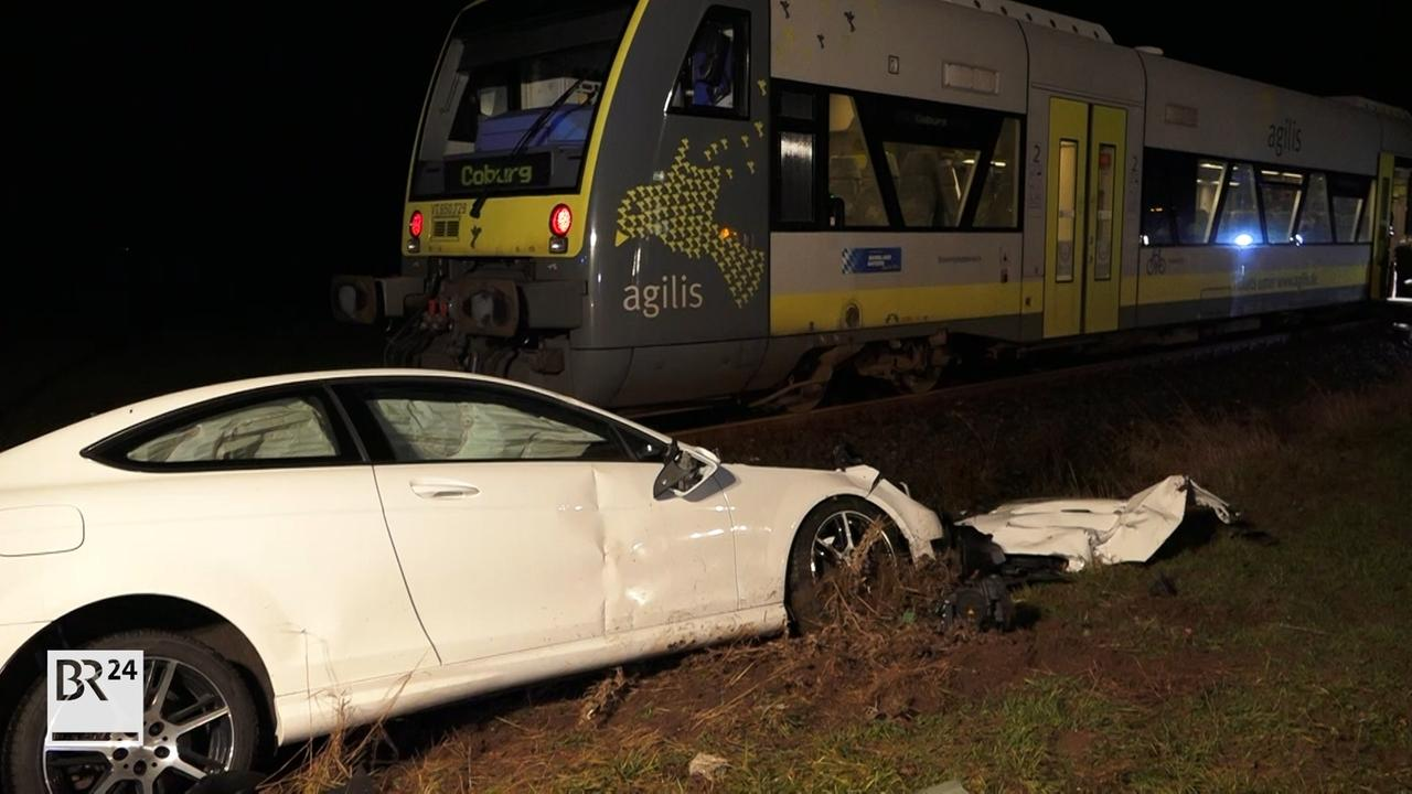 Pkw gegen Zug : Unfall an Bahnübergang im Landkreis Coburg