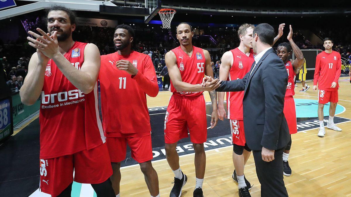 Bambergs Basketballer feiern ihren Sieg in Braunschweig.