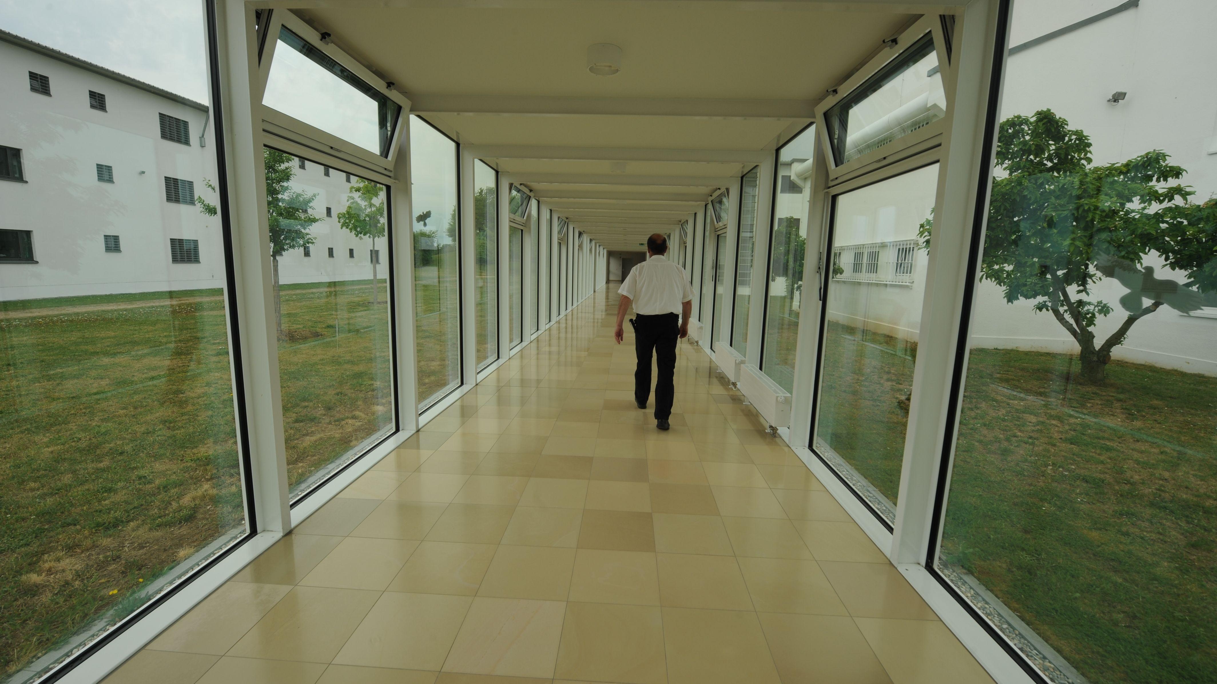 Ein Mitarbeiter geht durch einen Gang im Bezirkskrankenhaus Straubing