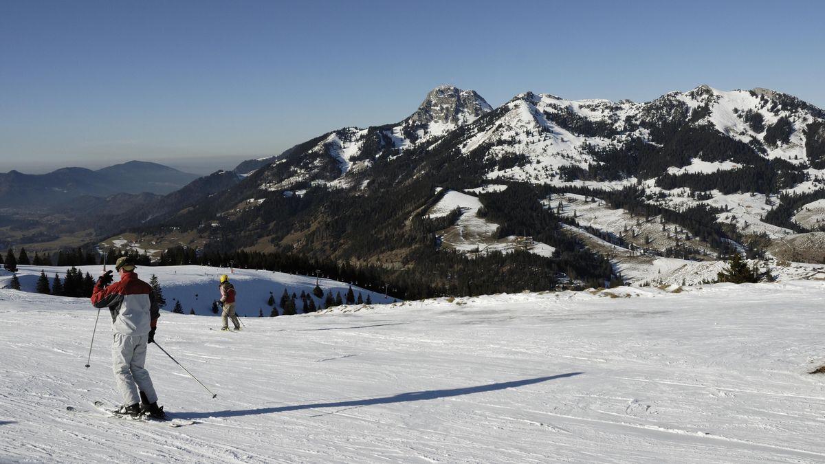 Skifahrer am Sudelfeld mit Wendelstein im Hintergrund