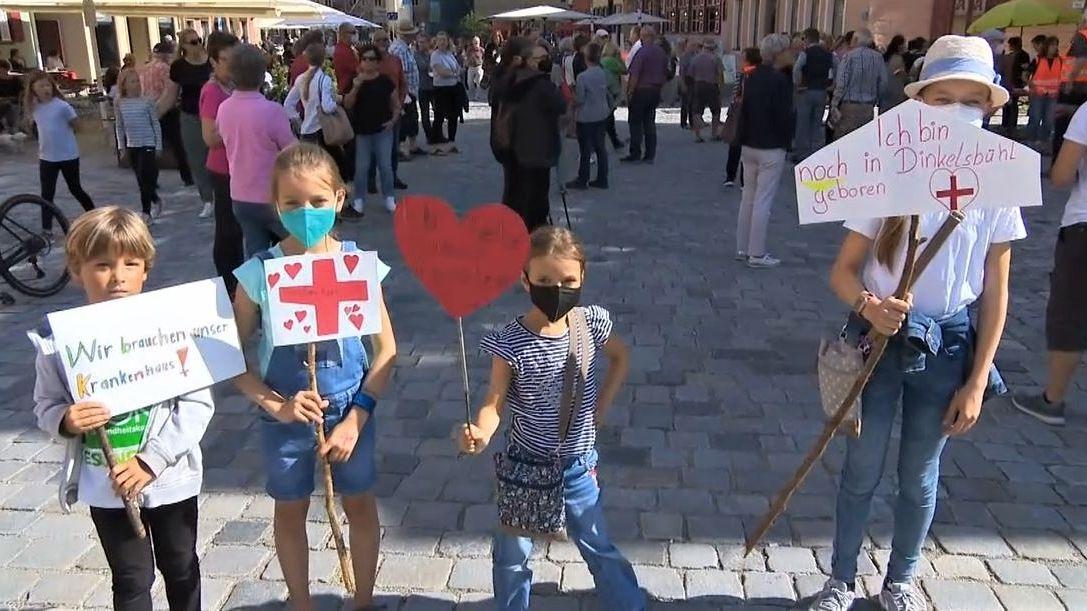 350 Menschen haben am Freitagabend in Dinkelsbühl gegen Klinik-Umstrukturierungspläne demonstriert.