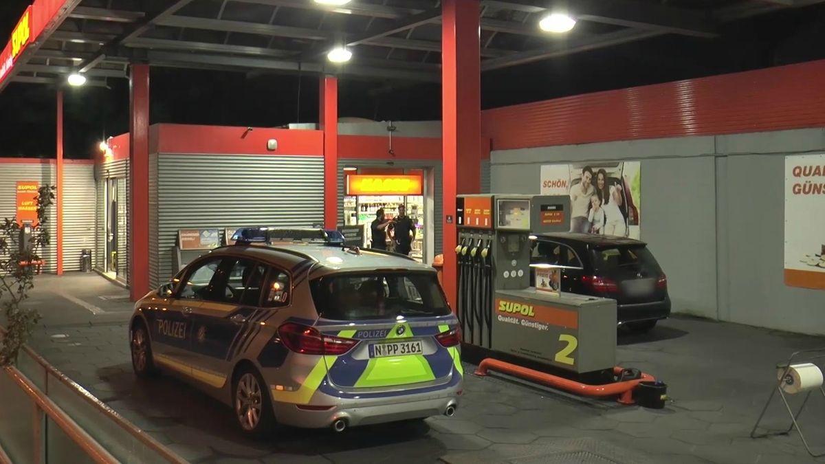 Die Polizei in Fürth fahndet nach einem bewaffneten Mann, der im Oberasbacher Ortsteil Altenberg eine Tankstelle überfallen hat.
