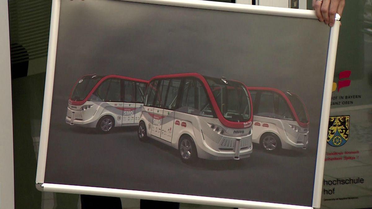 Ein Plakat zeigt autonom fahrende Busse