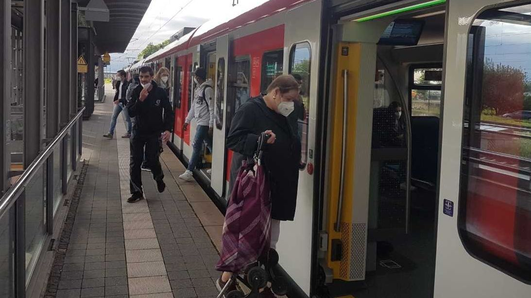 Am S-Bahnhof Trudering steigen Fahrgäste aus einer S-Bahn ein und aus.