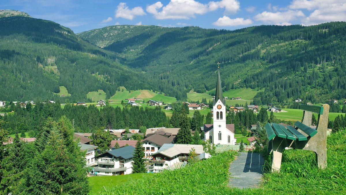 Blick auf den Urlaubsort Riezlern im Kleinwalsertal in Vorarlberg / Österreich