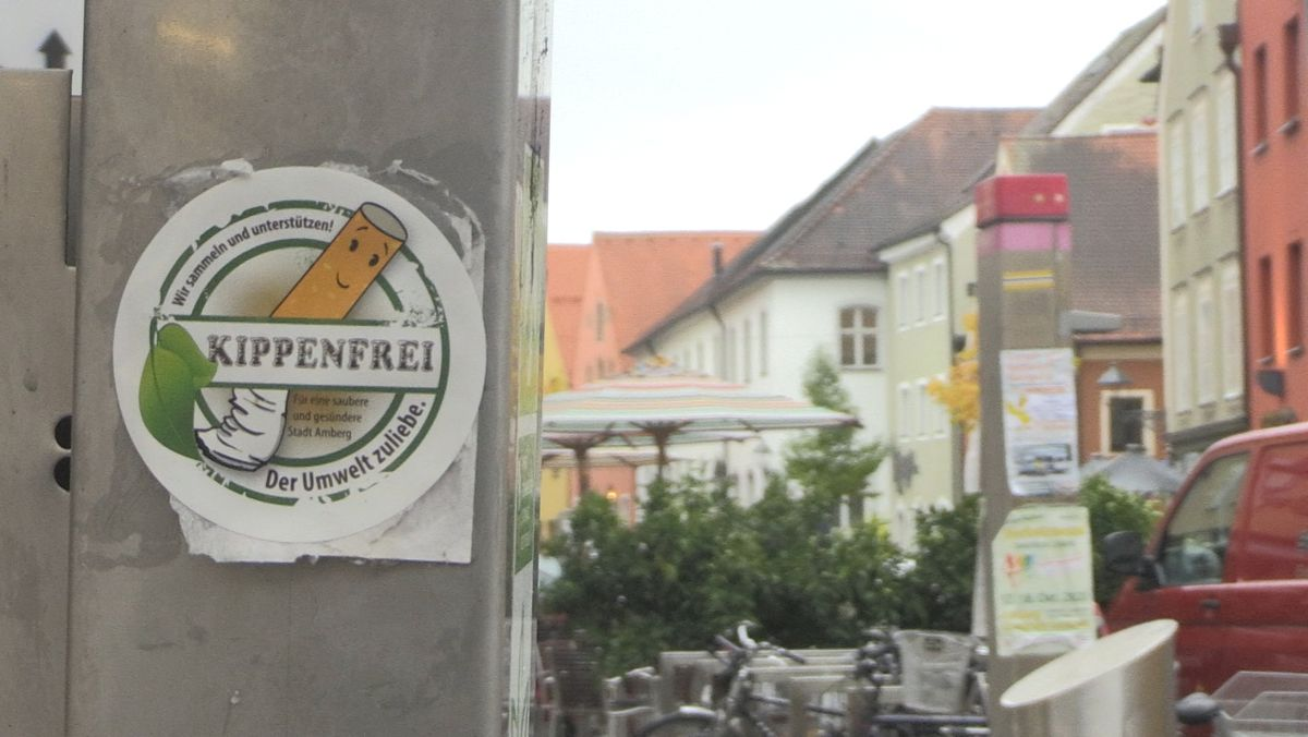 Ein Sticker wirbt für die Amberger Initiative zum Zigarettenkippen-Recycling