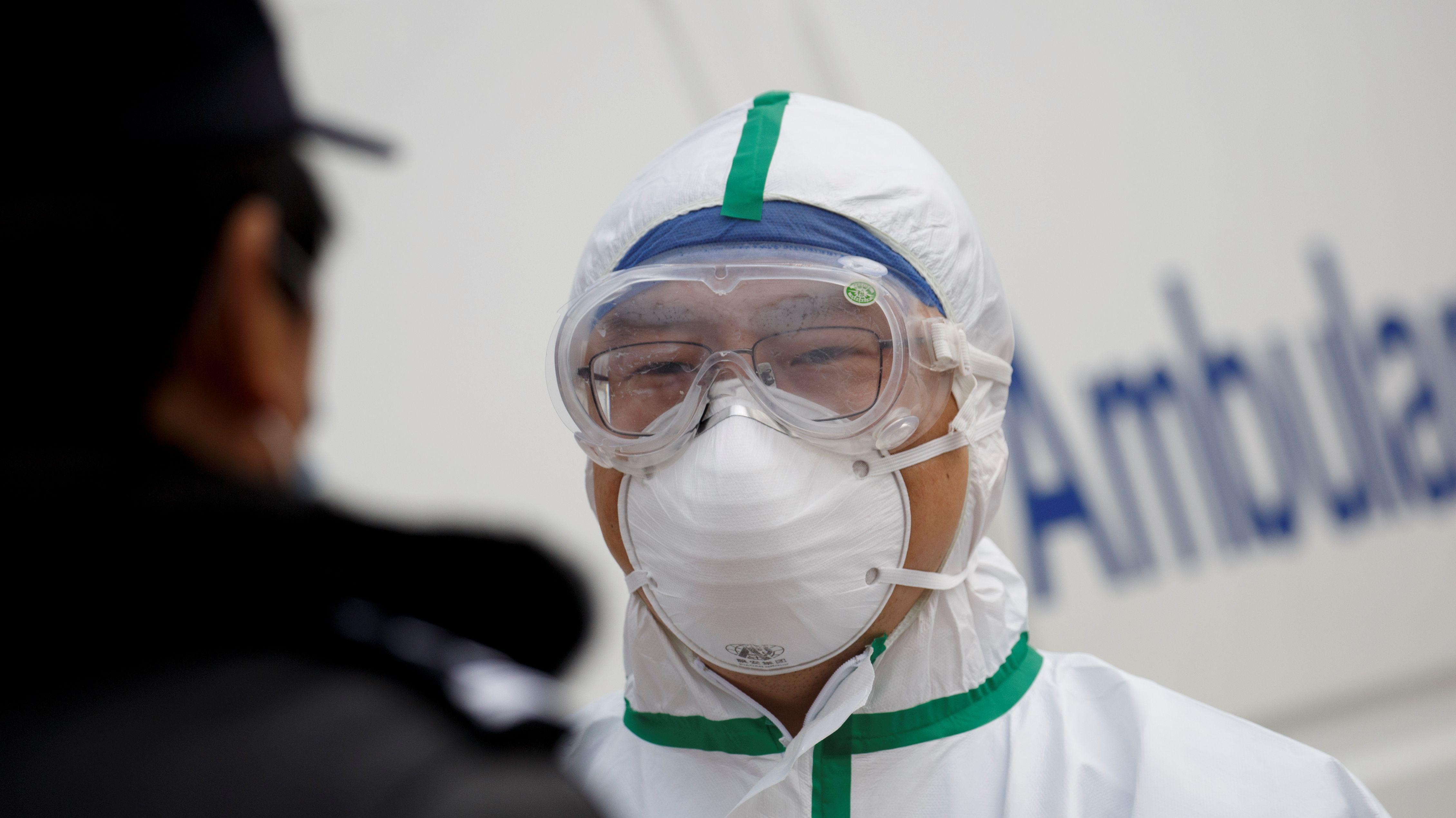 Ein Krankenhausmitarbeiter an einem Checkpoint in China