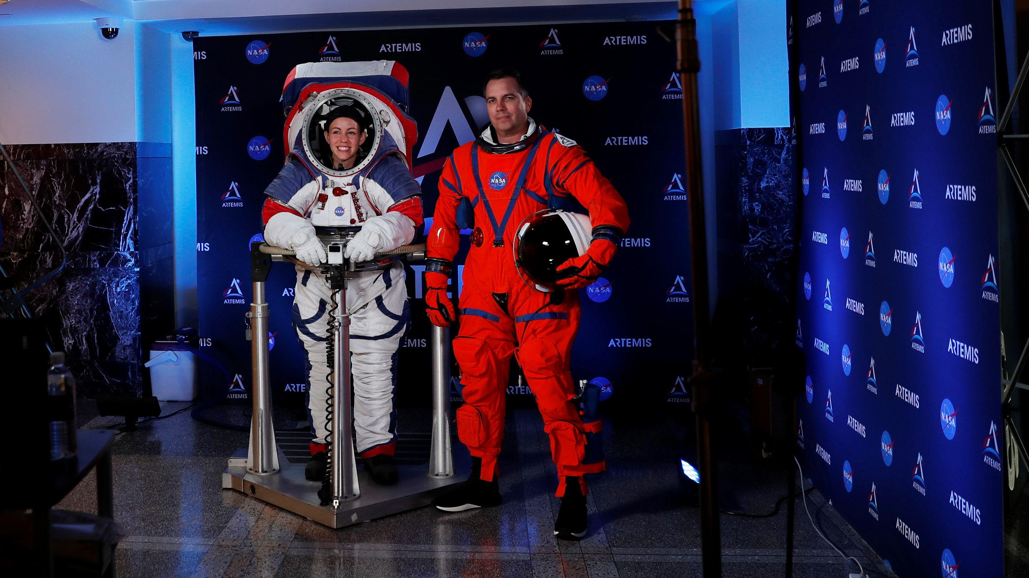 Nasa stellt neue Raumanzüge für künftige Mondspaziergänge vor