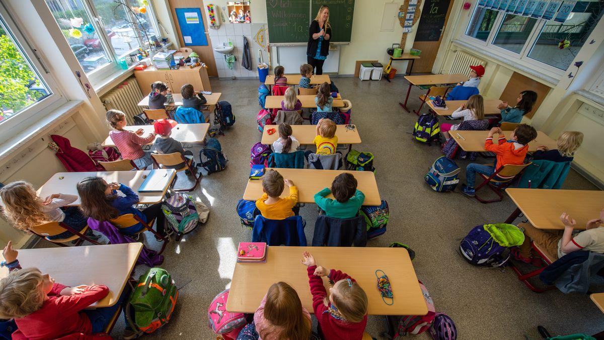 18.05.2020: Schüler einer Grundschulklasse sitzen im Unterricht