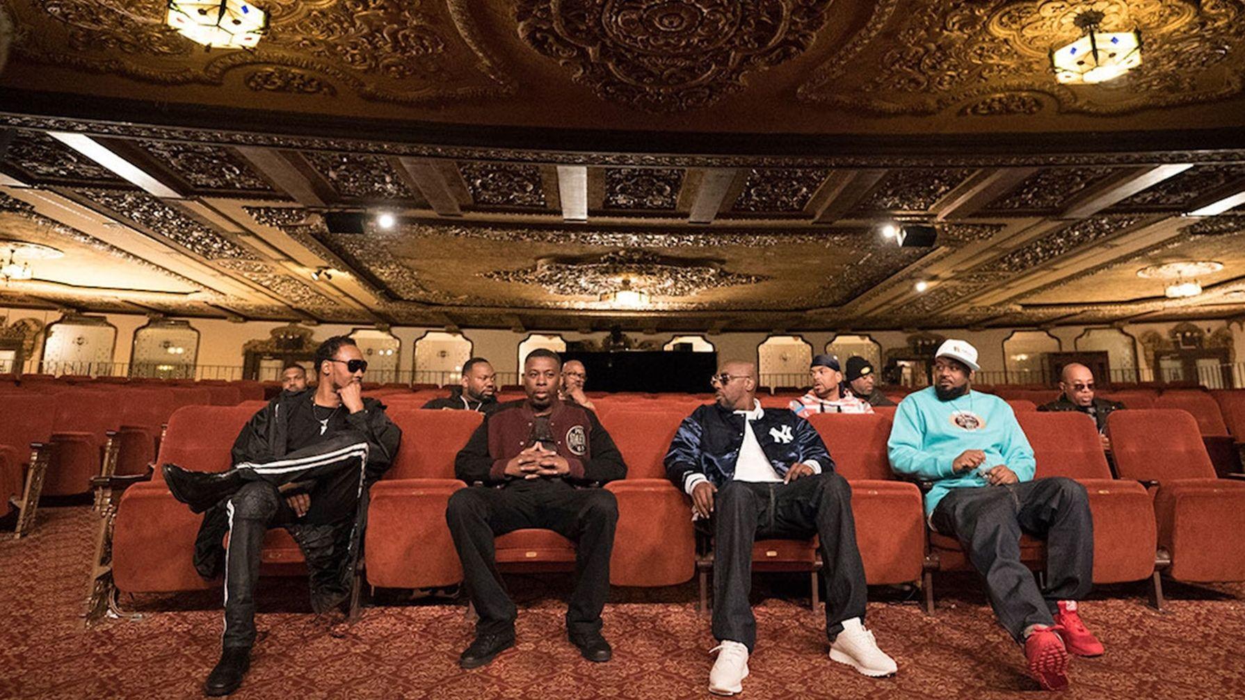 Die neun Mitglieder des Wu-Tang Clans sitzen in einem Theatersaal