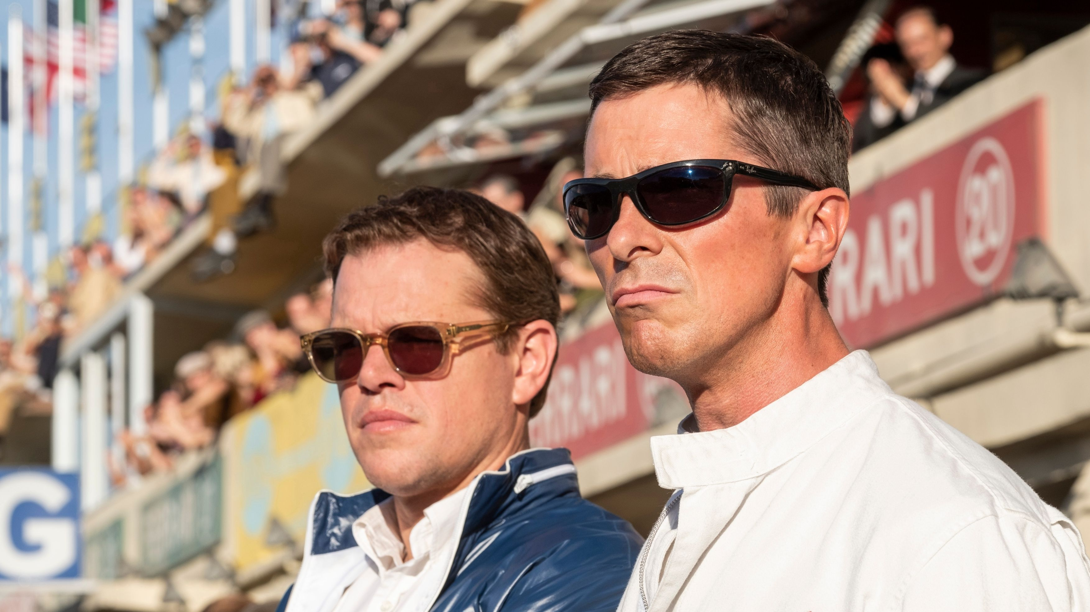 """Carroll Shelby (Matt Damon) und Ken Miles (Christian Bale) in """"Le Mans 66"""". Beide Rennfahrer tragen eine Sonnenbrille."""