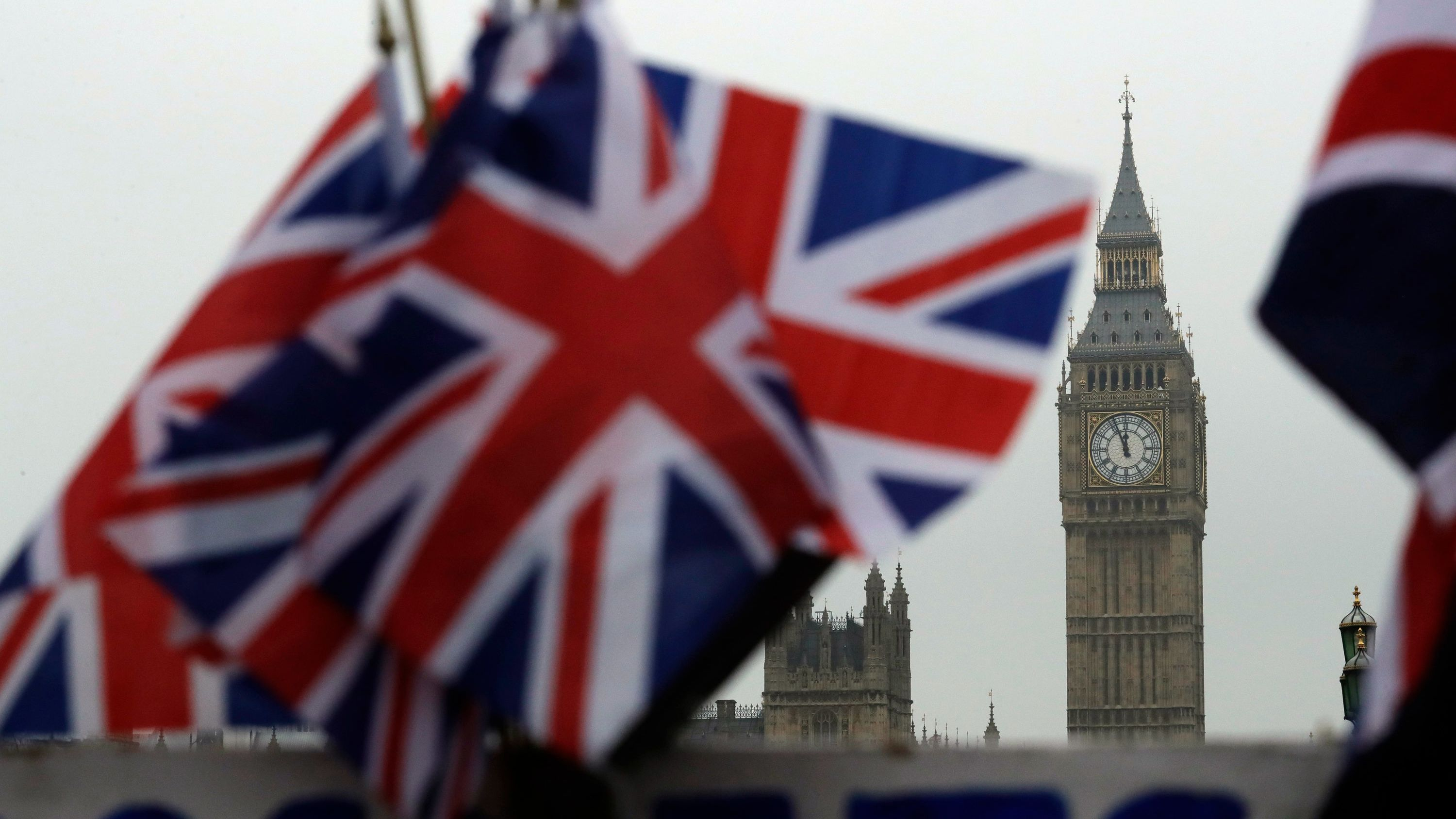 Britische Flaggen und Big Ben Uhrturm in London