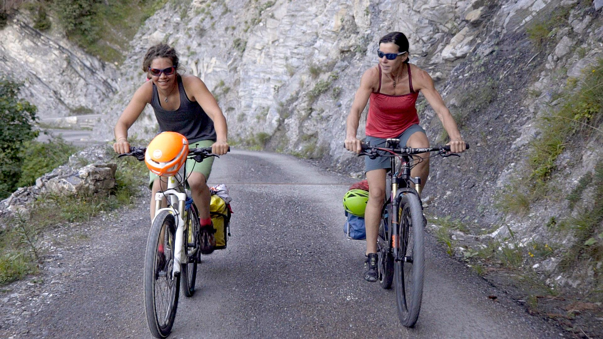 Ines Papert und Caro North, Profi-Alpinistinnen, und ihre eigene Idee zu Bike & Hike
