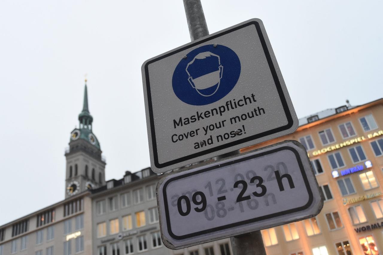ARCHIV - 25.09.2020, Bayern, München: Ein Schild mit der Aufschrift «Maskenpflicht» ist am Marienplatz vor dem Alten Peter an einem Mast angebracht. Die seit 24.09.2020 in München geltende Maskenpflicht aufgrund des Coronavirus endet am 02.10.2020. Foto: Felix Hörhager/dpa +++ dpa-Bildfunk +++