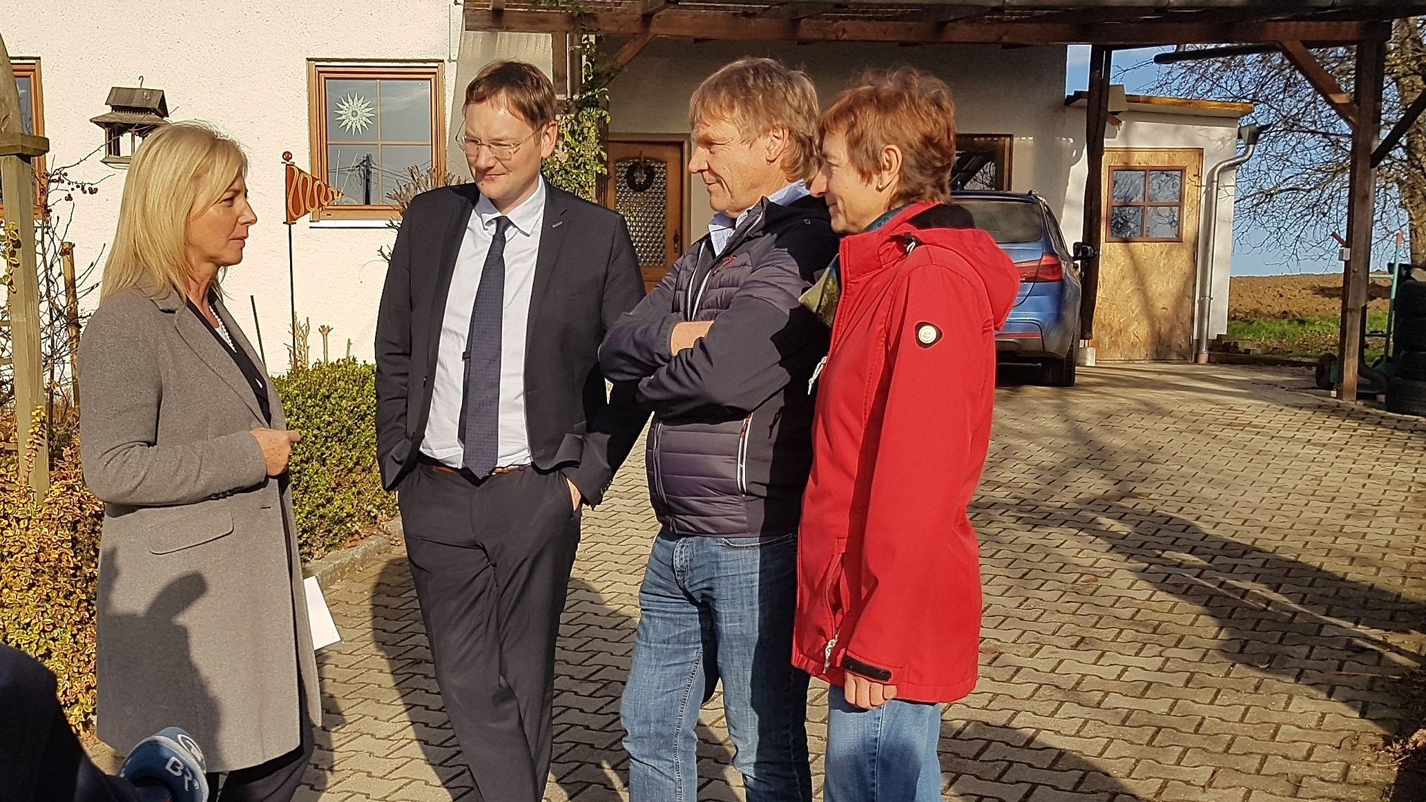 Der bayerische Verkehrsminister Hans Reichhart  (2.v.l) spricht mit Anwohnern der A 94