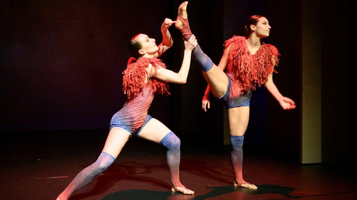 Zwei Tänzerinnen des Balletts am Augsburger Staatstheater