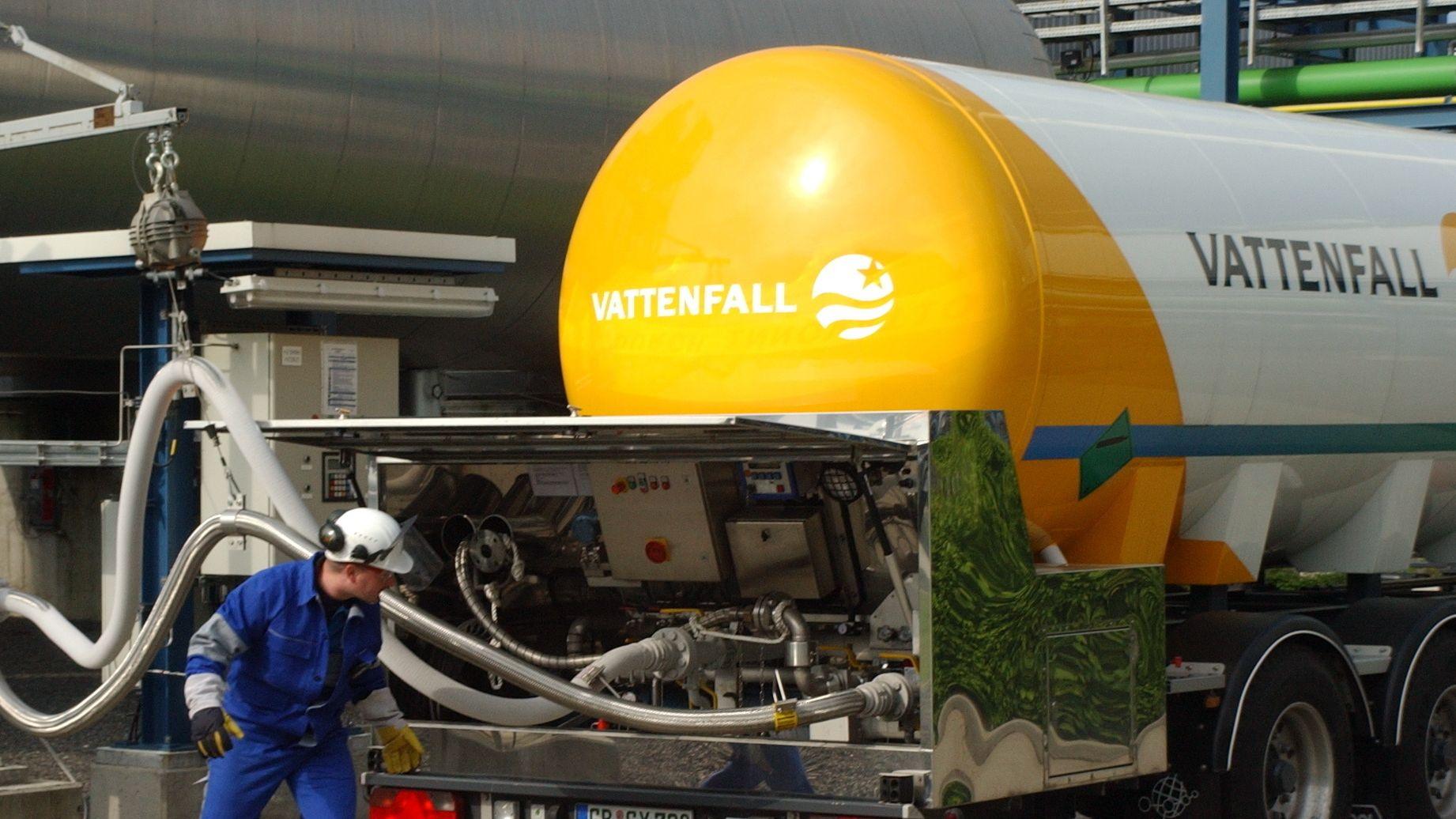 Ein LKW wird auf einem Testgelände in der Lausitz mit CO2 betankt
