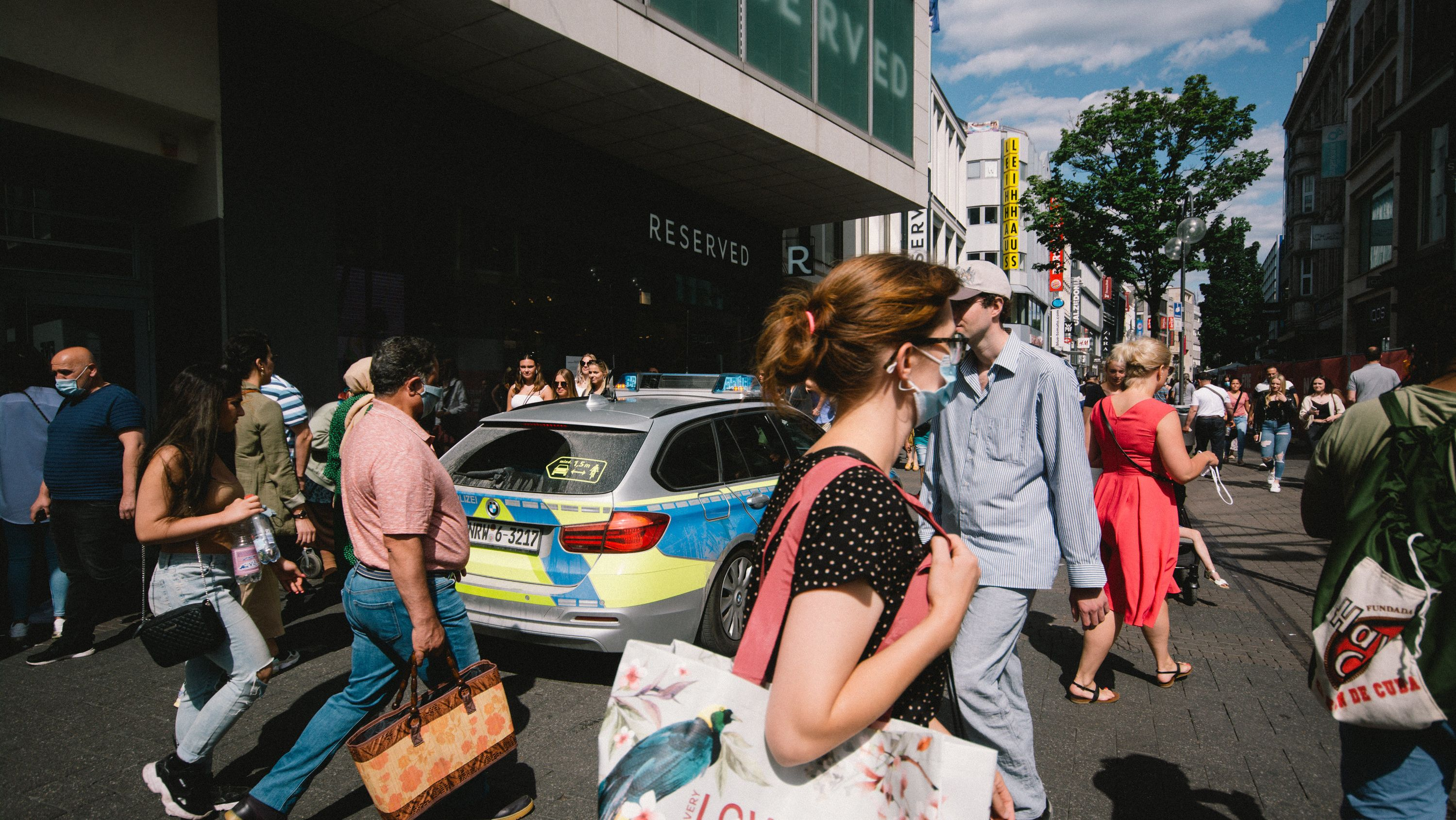 Menschen auf der Straße in Köln