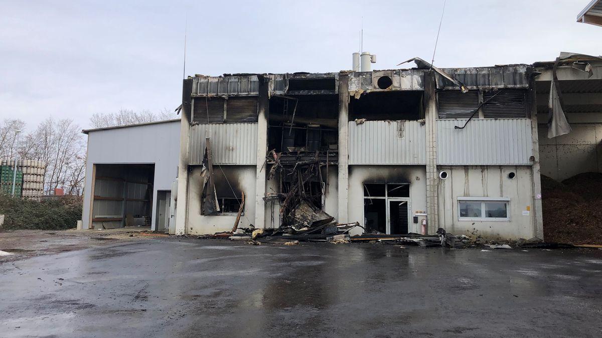 Die Brandruine auf dem Gelände der Arcobräu-Brauerei in Moos