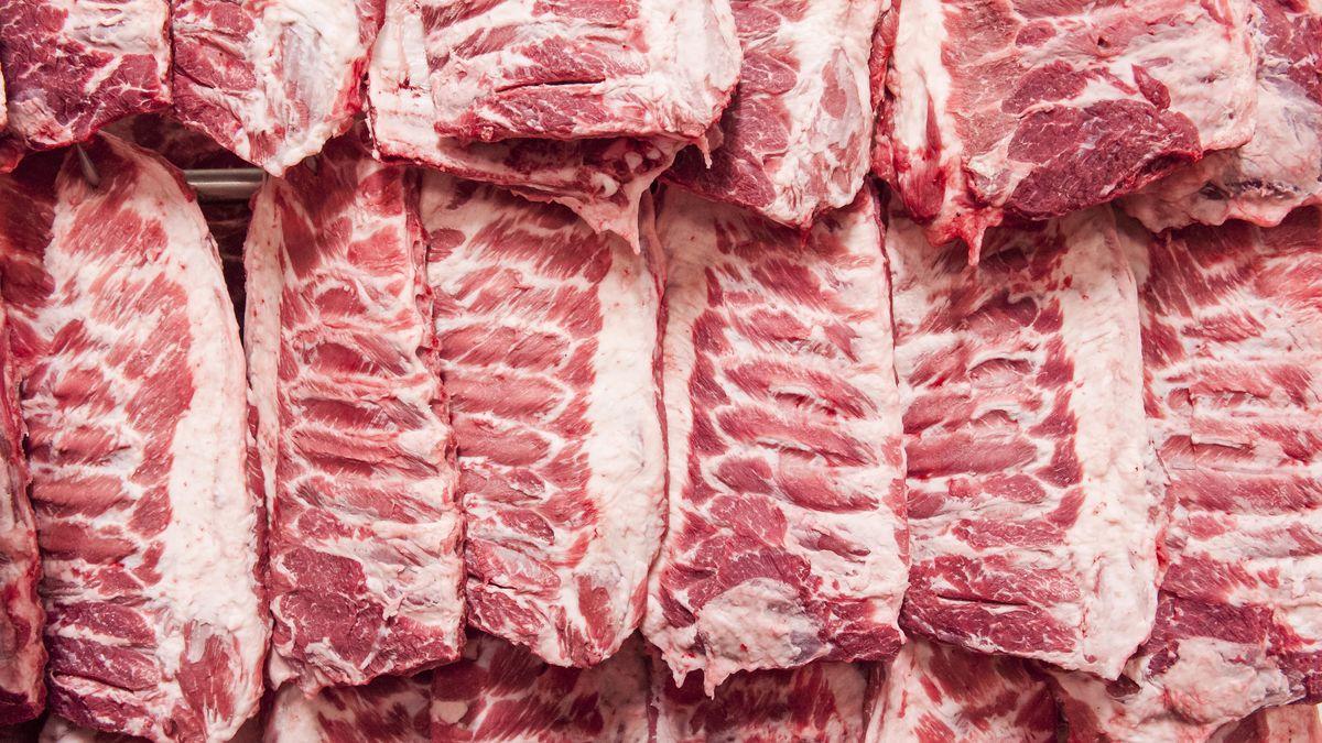 Bild aus einem Schlachthof: Hängende Fleischstücke mit Rippen