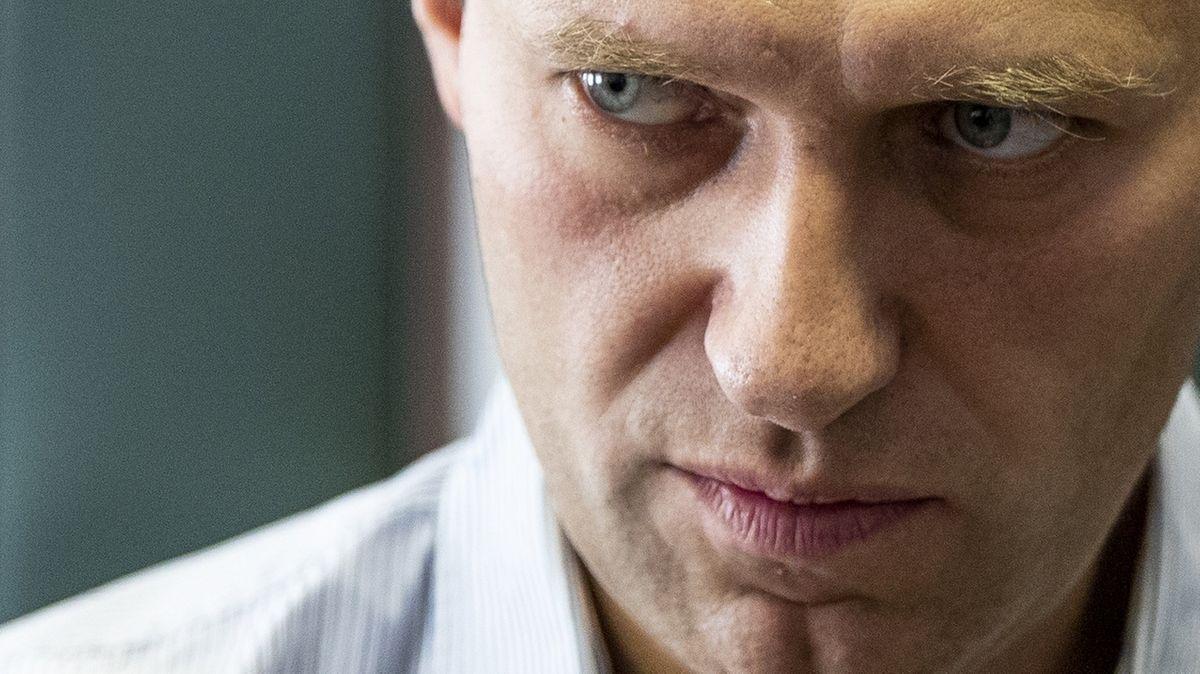 Der russische Oppositionsführer Alexej Nawalny steht während einer Pause in der Anhörung über seine Berufung vor einem Gericht in Moskau, Russland. Nawalny soll mit einem Nerengift aus der Nowitschok-Gruppe vergiftet worden sein.