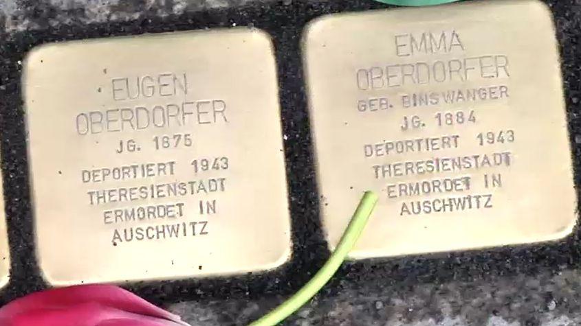 Zwei frisch eingesetzte Stolpersteine mit den Daten der ermordeten.
