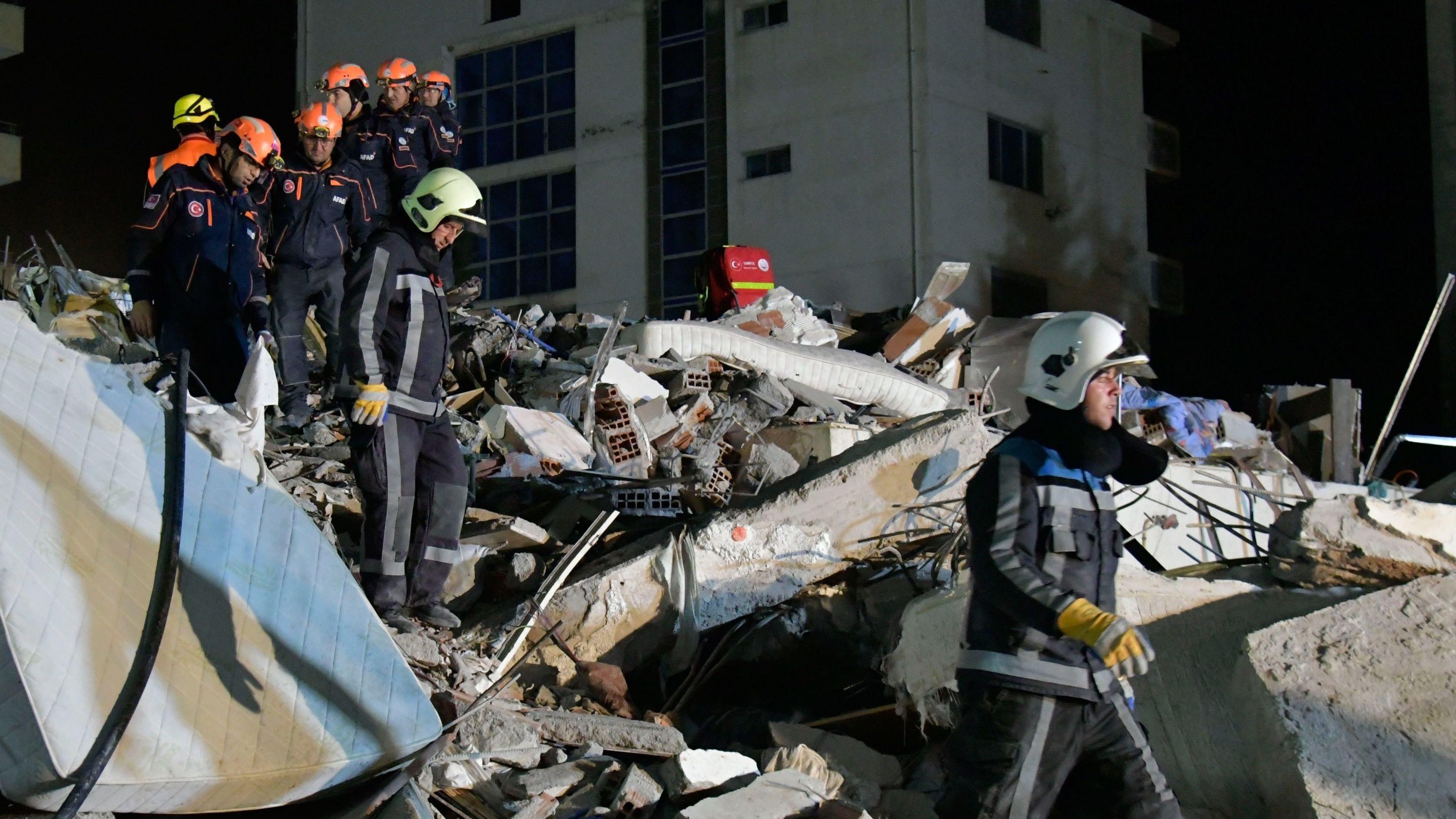 Nach dem schweren Erdbeben in Albanien versuchen Helfer Überlebende in den Trümmern zu finden.