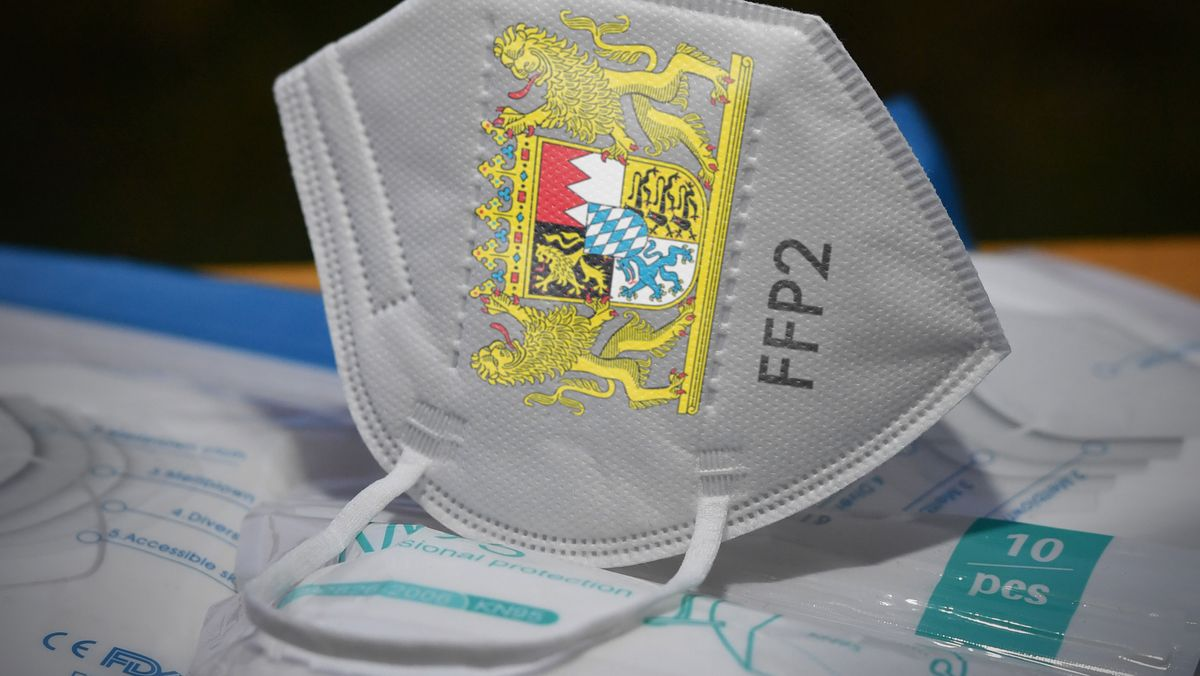 Eine FFP2-Maske mit Bayern-Wappen