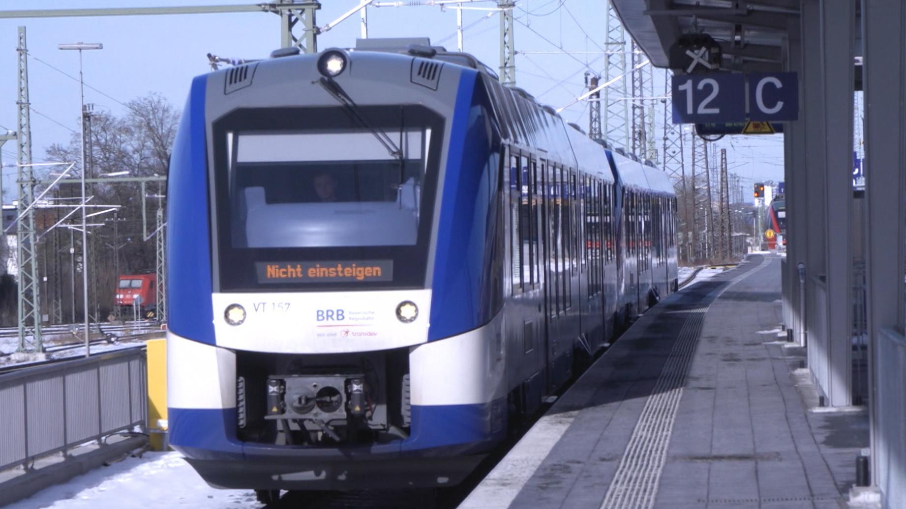 """Ein Zug der Bayerischen Regiobahn im Bahnhof mit Anzeige """"Nicht einsteigen"""""""