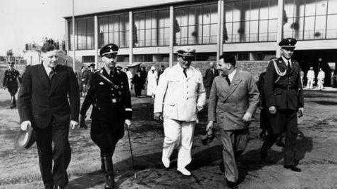 Willy Sachs läuft zusammen mit Heinrich Himmler und Hermann Göring über den Stadionvorplatz.