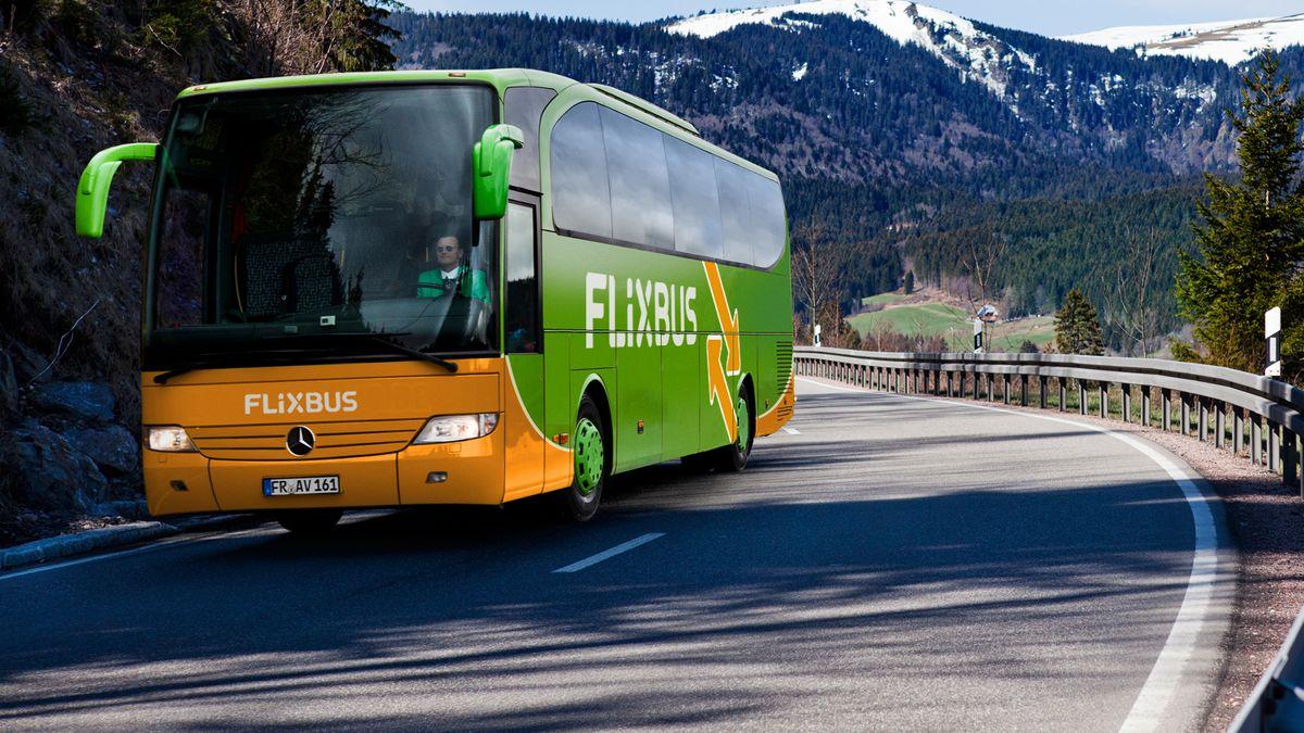 Flixbus vor Bergkulisse.