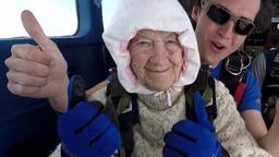 Irene O'Shea und ihre Sprungpartnerin heben den Daumen hoch. | Bild:BR/SA Skydiving