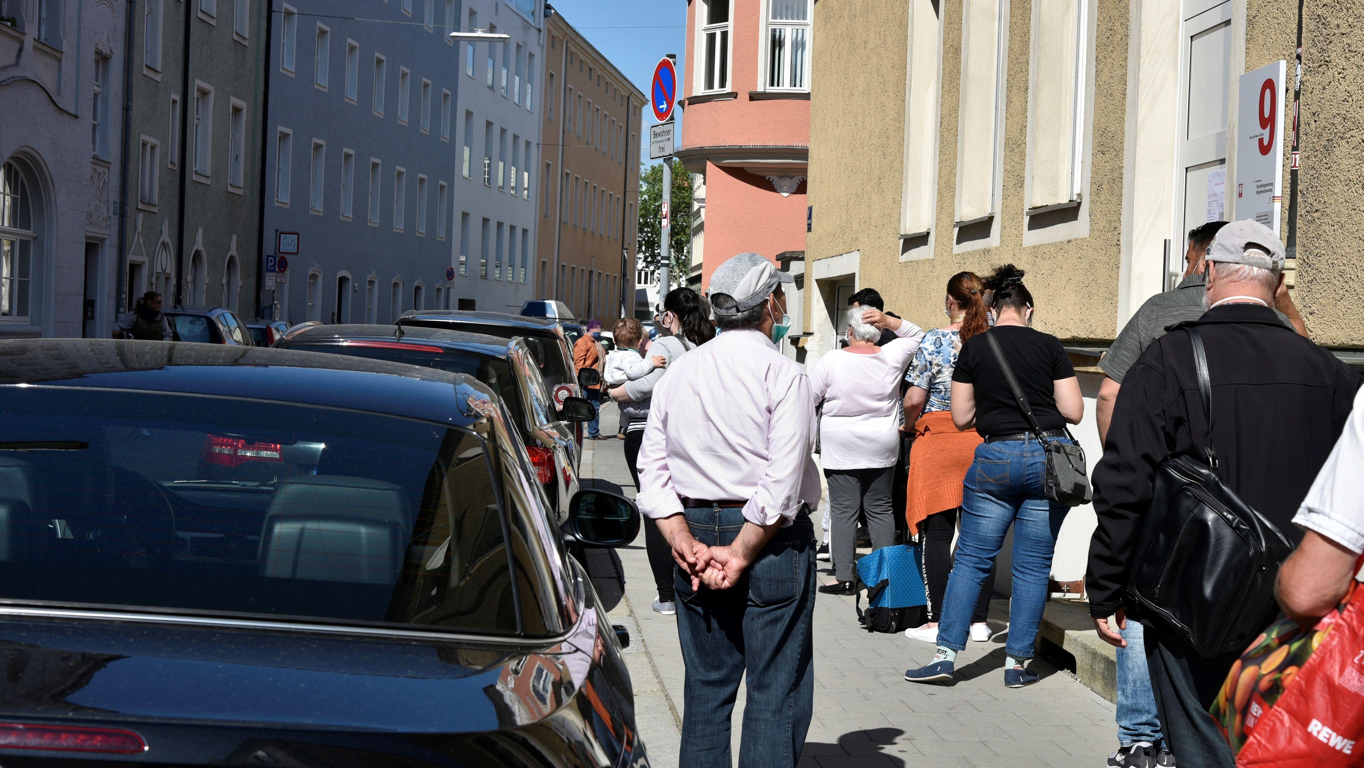 In der Von-der-Tann-Straße bildete sich eine lange Schlange von Bedürftigen, die sich ihre Einkaufsgutscheine in der Caritas-Zentrale abholten.