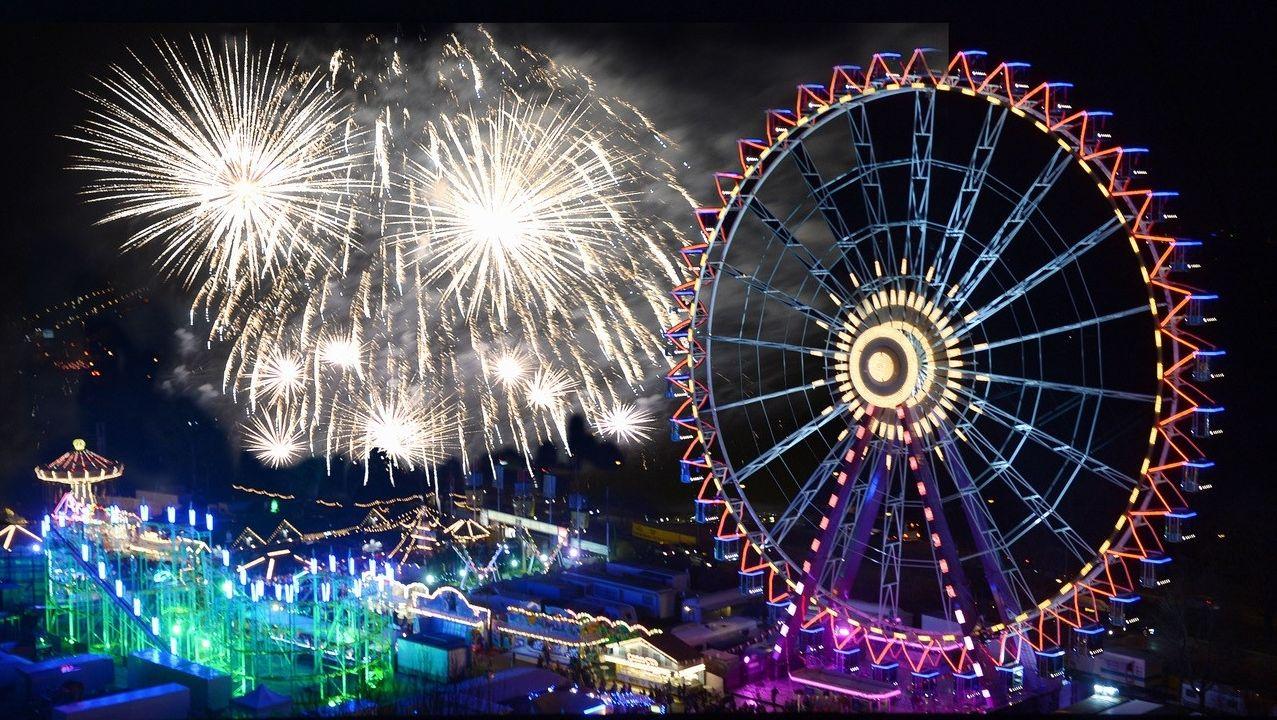 Das Nürnberger Volksfest bei Nacht mit Feuerwerk