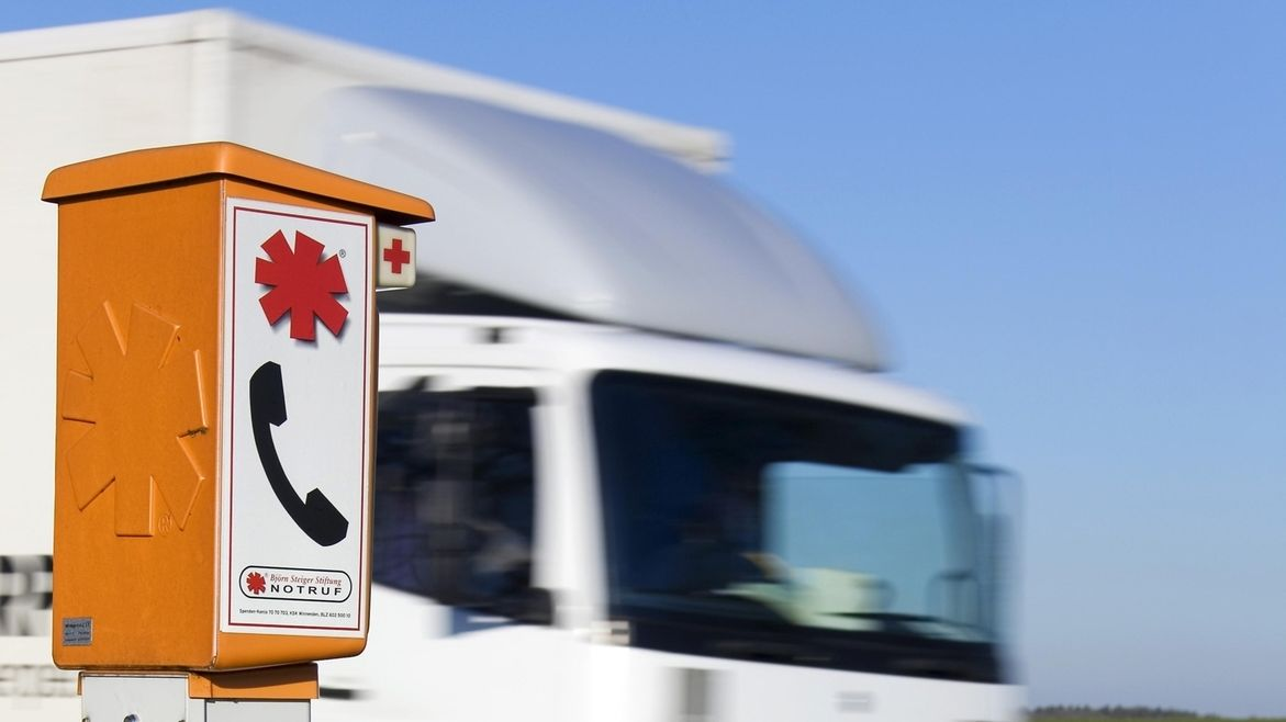 Ein Lkw fährt an einer Notrufsäule vorbei (Symbolbild)
