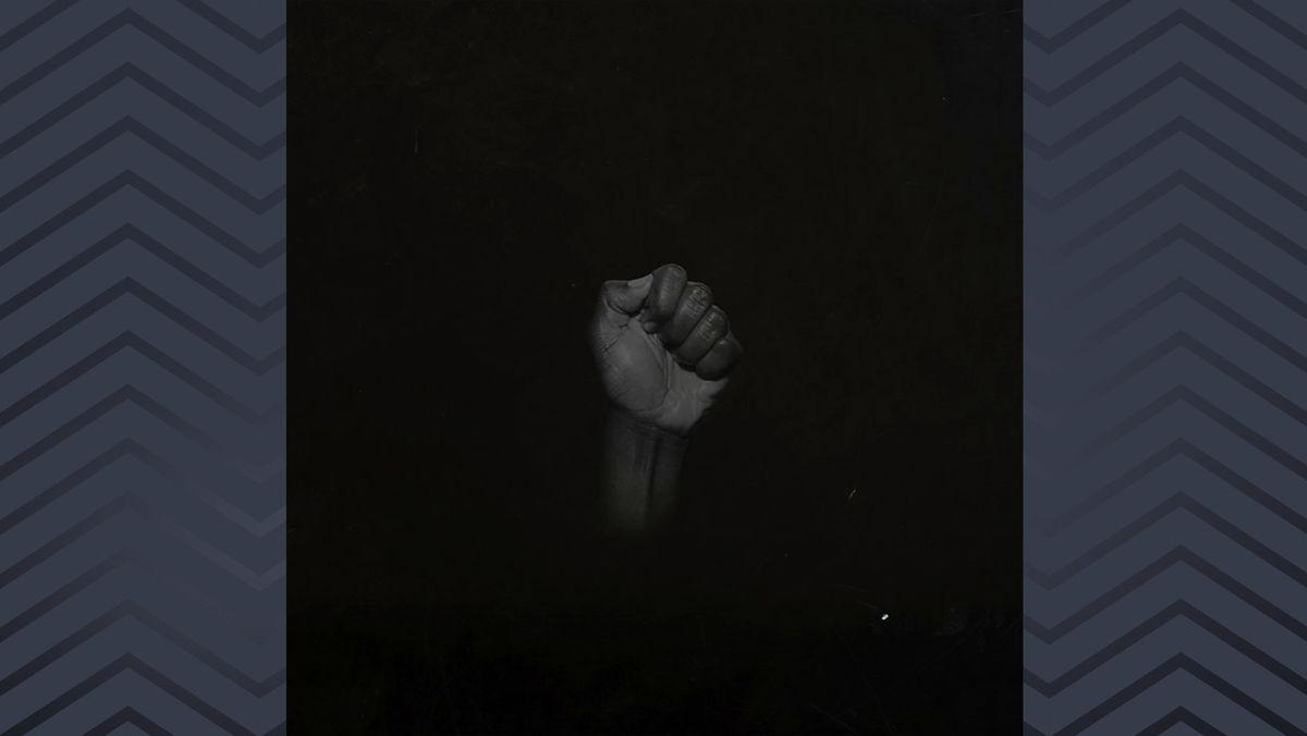 """Auf dem Cover von """"Untitled (Black Is)"""" von Sault ist eine dunkle Faust vor dunklem Hintergrund zu sehen"""