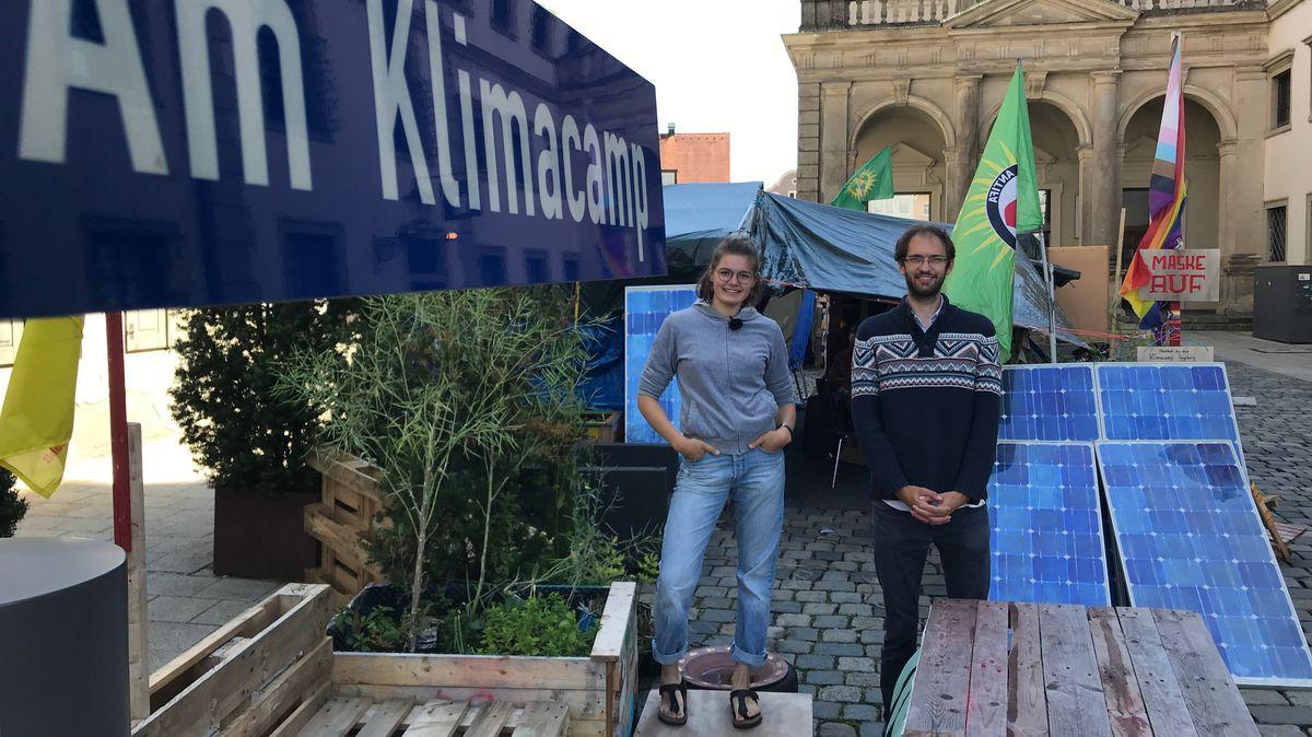 """Klimacamp auf dem Augsburger """"Fischmarkt"""", normalerweise parken Stadträte und Mitarbeiter hier ihre Autos"""