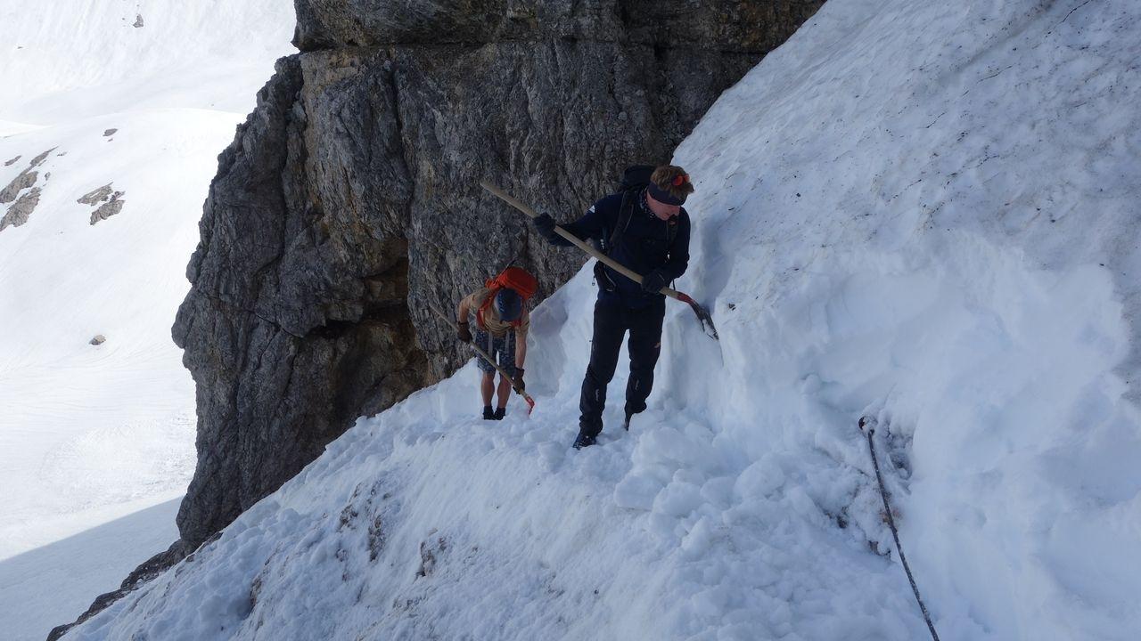 Ehrenamtliche befreien den Heilbronner Weg im Allgäuer vom Schnee.