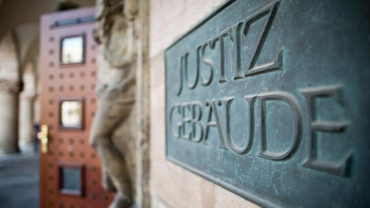 Eingang des Nürnberger Justizpalastes
