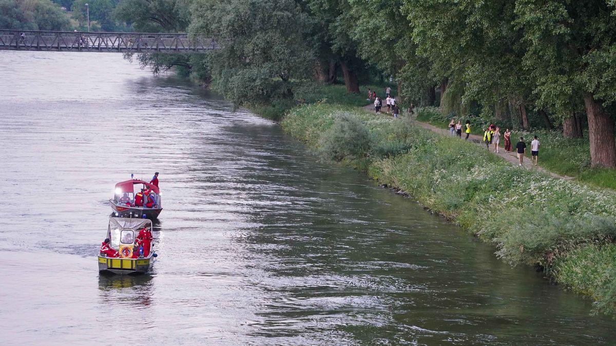 Einsatzkräftevon Wasserwacht und DLRG suchten den nördlichen Donauarm vergeblich nach dem Vermissten ab.
