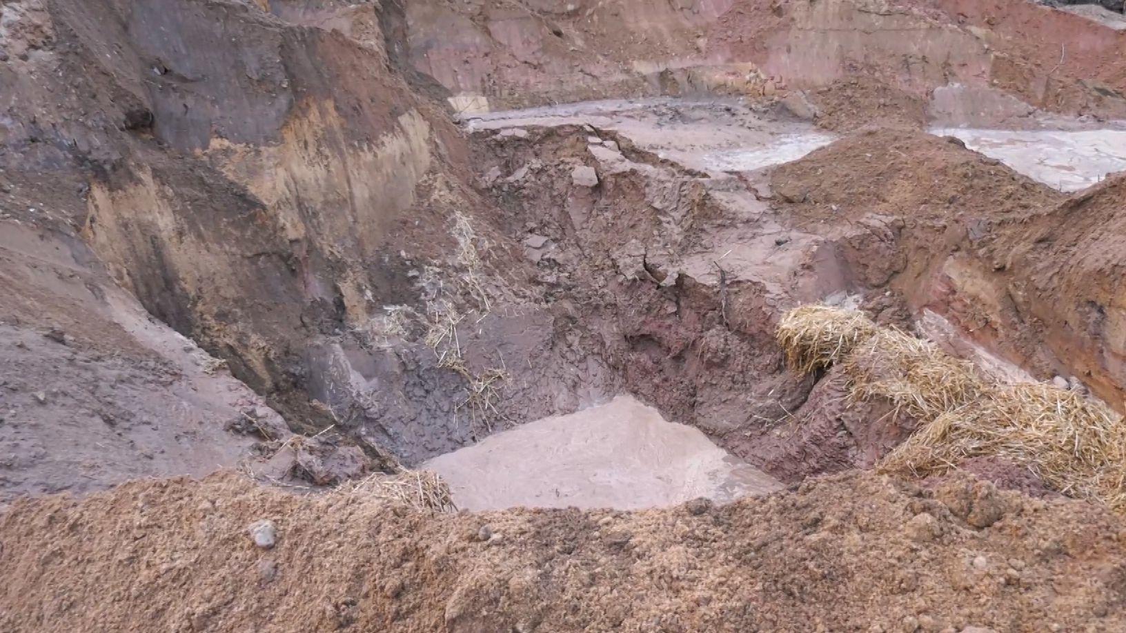 Baugrube mit Loch