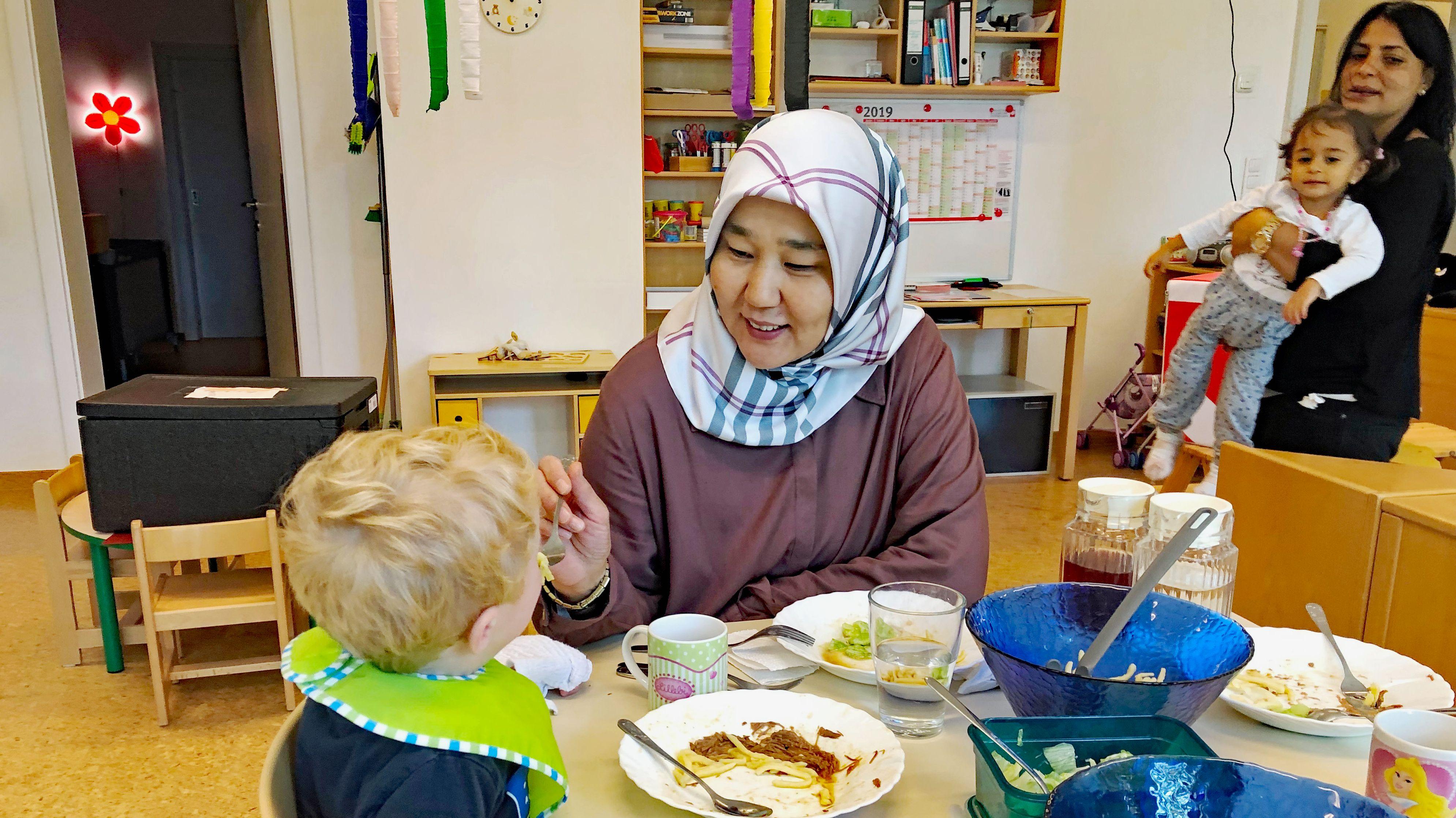 Muslimische Erzieherin in einem christlichen Kindergarten der Caritas in München.