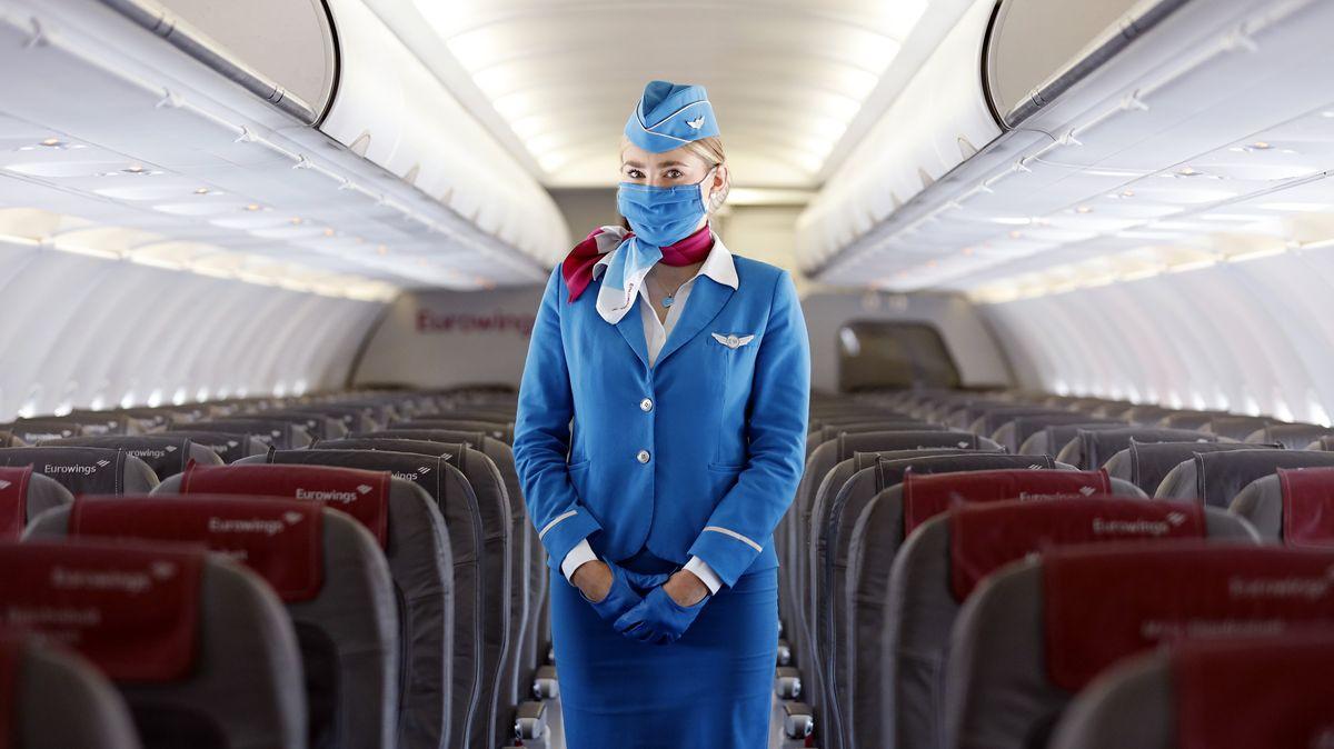 Flugbegleiterin in leerem Flugzeug