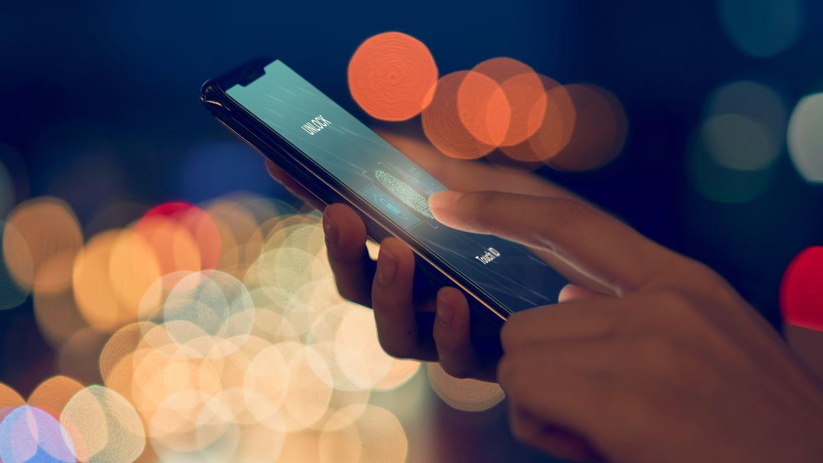 Eine Frau entsperrt ihr Smartphone