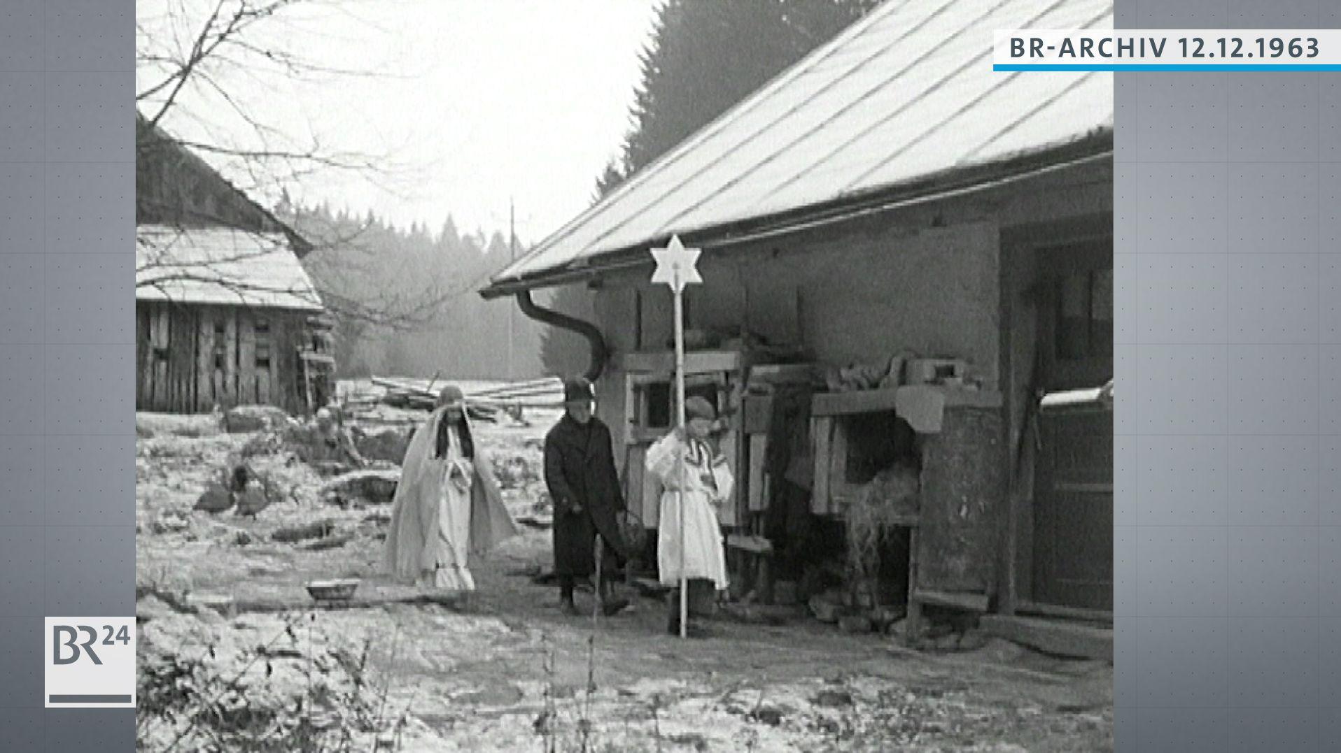 Kostümierte Kinder bei der Herbergssuche im Bayerischen Wald