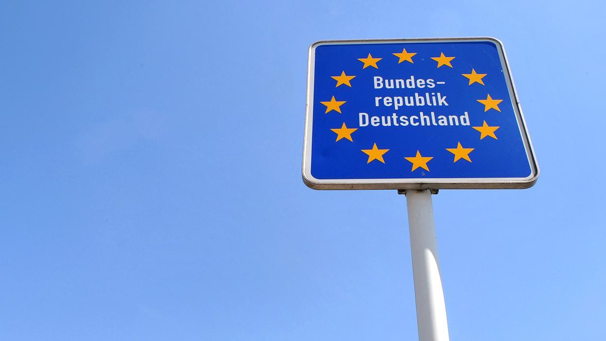 """Europaschild """"Bundesrepublik Deutschland"""" vor blauem Himmel"""